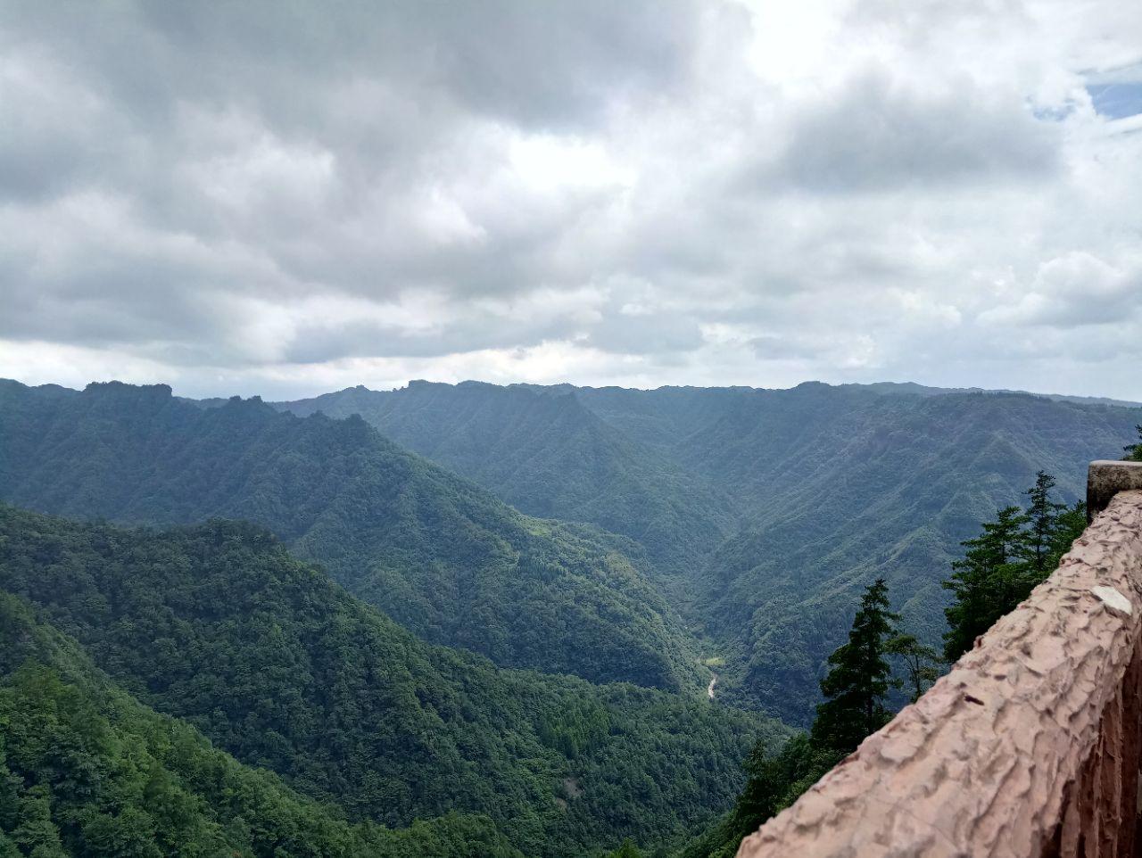 大风堡景区位于重庆东部三峡库区腹心地带的石柱土家族自治县黄水镇,是重庆市三峡库区面积较大、保存完好的原始森林之一,其主峰海拔1934米,属巫山山系,是石柱县最高峰和重庆市东部最高山峰,素有渝东明珠和渝东第一峰的美誉。因山高林密,常年大风呼啸,故名大风堡。 从黄水镇出发进入大风堡,沿着景区公路可走到十二姐妹峰观景台,登台四望,十二座神态各异的山峰 , 形如十二位婀娜多姿的仙女,这就是景象万千的十二姊妹峰。大风堡原始森林野生植物资源极为丰富,有珍稀动物100多种,珍稀植物上千种,仿佛一座自然博物