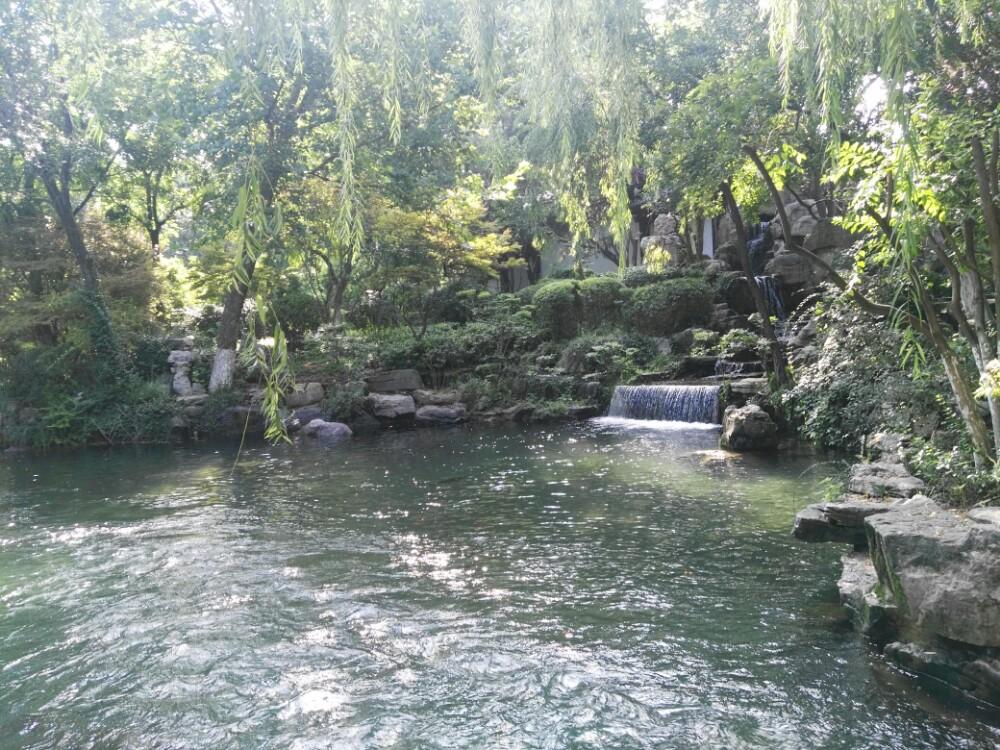 趵突泉公园位于济南市中心繁华地段,南倚千佛山,北靠大明湖景区 ,东与泉城广场连接,是以泉水为主题的特色园林,而园中最出名的当属被誉为天下第一泉的趵突泉,它位于济南七十二名泉之首,至今已有2000多年的历史。它也曾多次出现在文学作品中,最有代表性的则是老舍笔下的《趵突泉》。而游客来此都是为了一睹趵突泉三股泉水喷发的壮丽景象。 趵突泉是公园中的主景,泉水分三股,澄澈清洌,昼夜喷涌,水盛时高达数尺。泉的四周有大块砌石,环以扶栏,可在栏边俯视池内三泉喷涌的奇景。泉边立有石碑一块,上题第一泉,其色为墨绿色