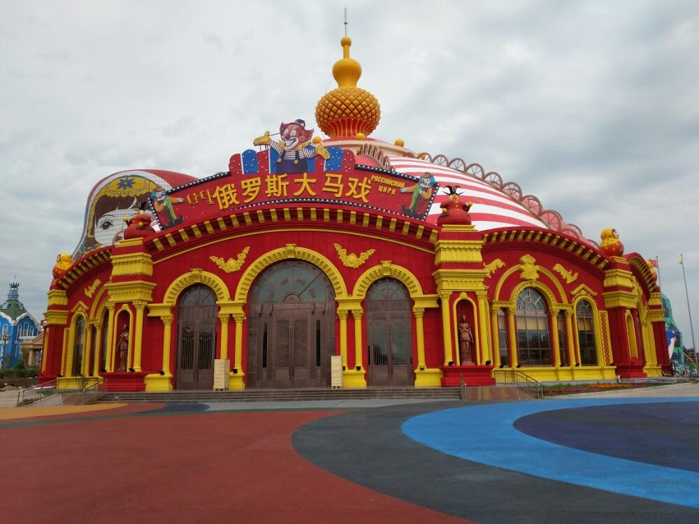 套娃景区是国家5A级旅游景区中俄边境旅游区的重要组成部分, 是以满洲里和俄罗斯相结合的历史、文化、建筑、民俗风情为理念,集吃、住、行、游、购、娱为一体的大型俄罗斯特色风情园 。 景区 内设套娃世界、欢乐地带、套娃剧场、俄罗斯民俗体验馆、俄蒙演艺剧场、极限乐园六 大功能区,拥有享誉世界的俄罗斯大马戏、梦幻芭蕾舞剧、神秘奇幻的水幕实景演艺、世界最大的套娃主题酒店、30余项现代化高科技游乐设施、俄罗斯工艺品及特色食品加工直营.