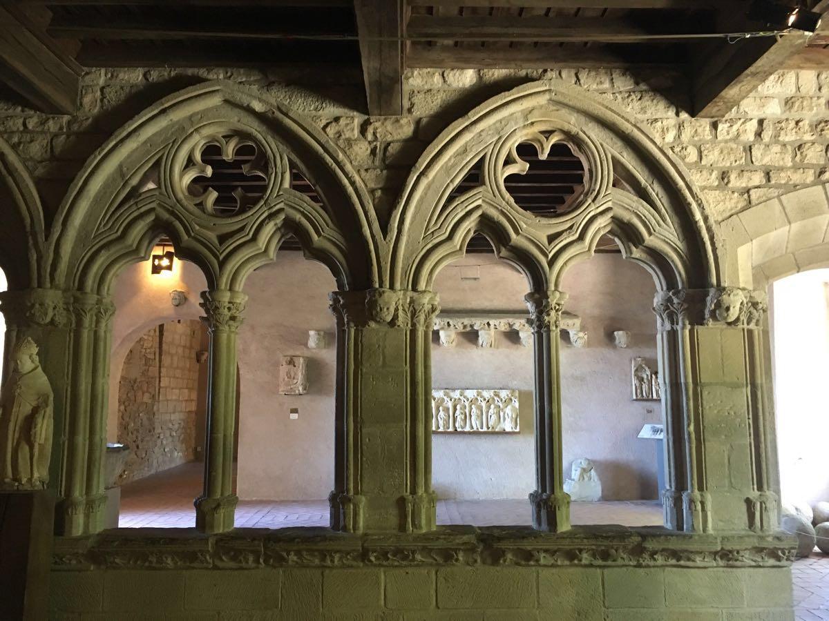 中午坐火车抵达法国最南端的小城卡尔卡松。这里靠近西班牙,有座闻名的古堡。 卡尔卡松城内的古城堡号称是欧洲现存的最大、保存最完整的城堡,固若金汤的中世纪古堡拥有内城与外城的双重城墙,内墙是罗马式城垒,外围为哥特式城墙,内外城各26座箭楼。 放下行李后便兴致勃勃出市区登上城堡,在城墙堡洞和老街中漫步,感受中世纪欧洲的骑士历史,直到下午七点从古堡下来,回望它的剪影觉得有点神秘。返回古城河边,夜色降临,远看古堡全貌,很美!