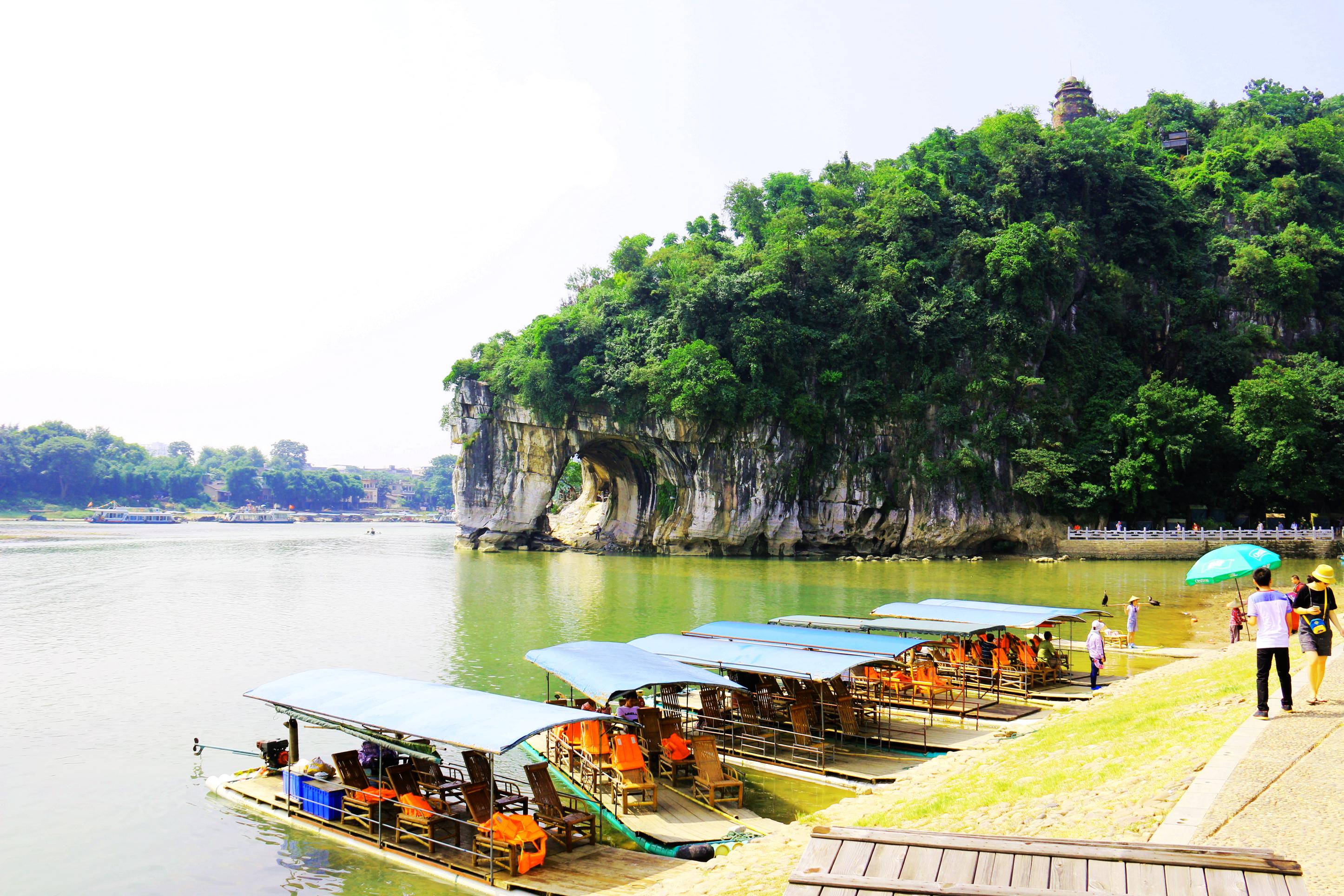 象山景区 位于桂林市中心,景区内的象鼻山山形酷似一头伸着鼻子