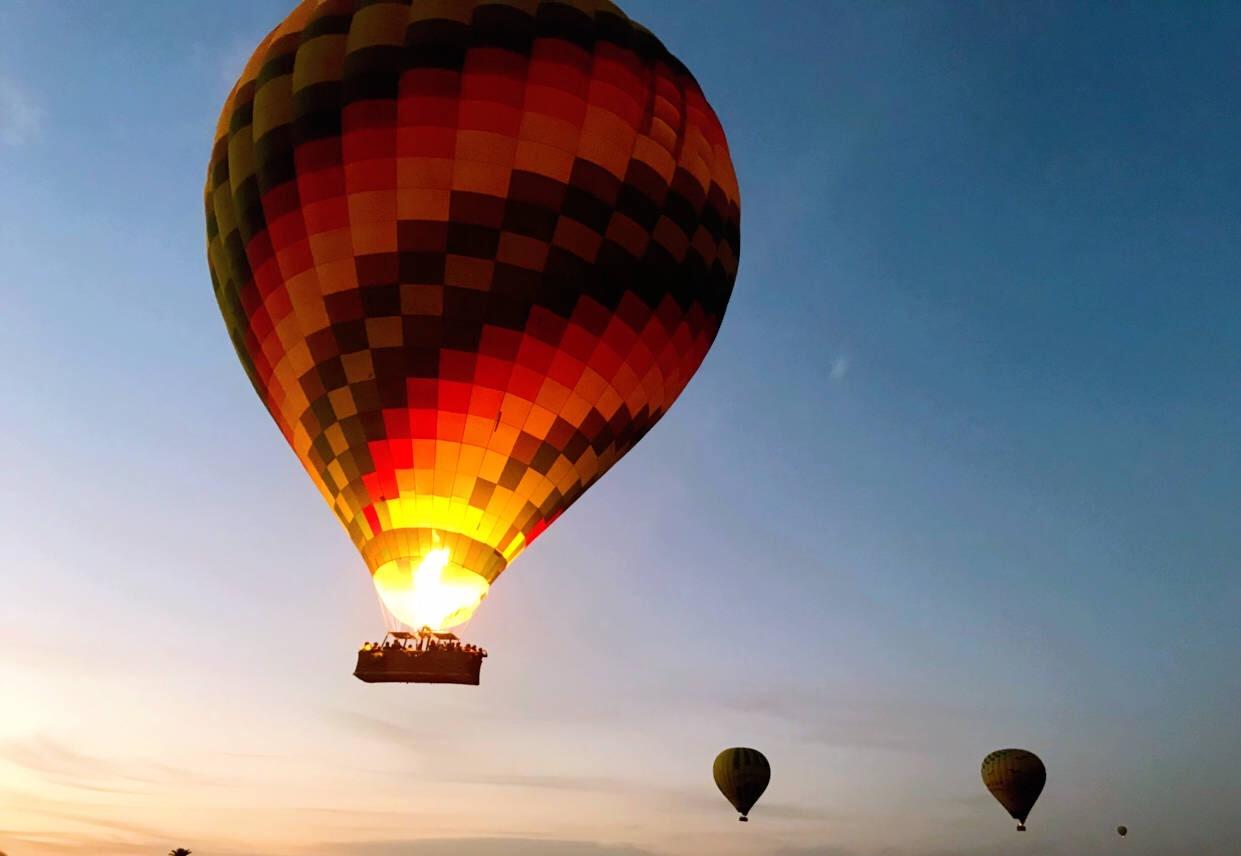 在此我反映在携程报团旅游的遭遇。       7月22日我们出发参团旅游,途中联系了热气球公司Magic Horizon报名飞行,通过几次邮件联系,我们确定了飞行时间在8月5日,届时热气球公司早上4点来接送。在飞行前一晚入住酒店后,我们当即告知热气球公司我们的房号,随后我们收到热气球公司通过酒店前台转交但没封函的飞行确认书,接送时间由4点改为3半。
