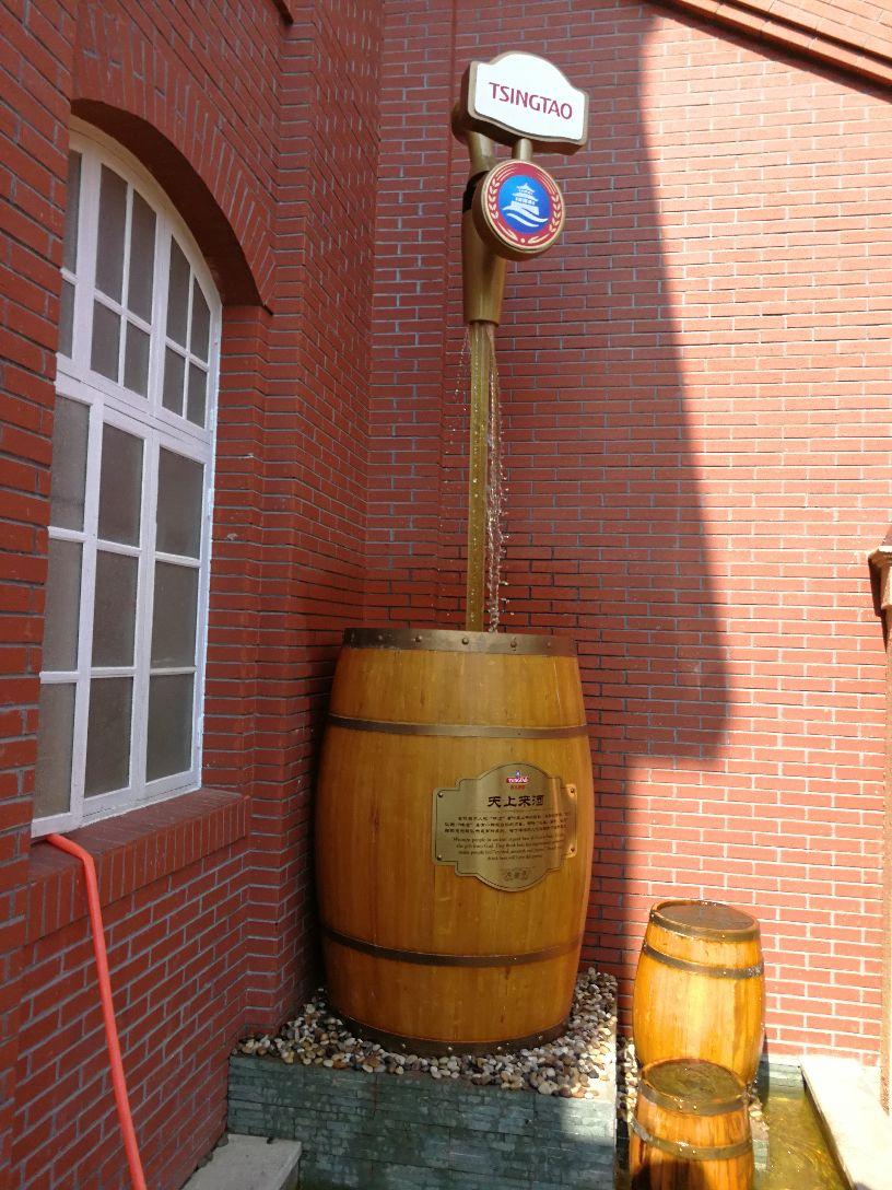 青岛啤酒博物馆设在百年前的青岛啤酒厂老厂房内,一幢幢红色的洋房很有味道,靠马路一侧的屋顶上装饰着醒目的超大啤酒罐。在这里你可以了解到青岛啤酒的历史,看生产啤酒的老设备,还可以品尝到纯正的青岛啤酒。 进大门,首先看到一个广场。广场中央是阿拉伯数字100雕像,名百年颂,是2003年8月15日为了迎接青岛啤酒的百年华诞而立。百年颂西边有啤酒瓶和酒杯雕像组成的喷水池。广场上还有酒神雕像。青岛啤酒博物馆内则分三个游览区域:A馆:与历史对话百年历史文化陈列区,B馆:与经典相遇青岛啤酒的酿造工艺,C馆