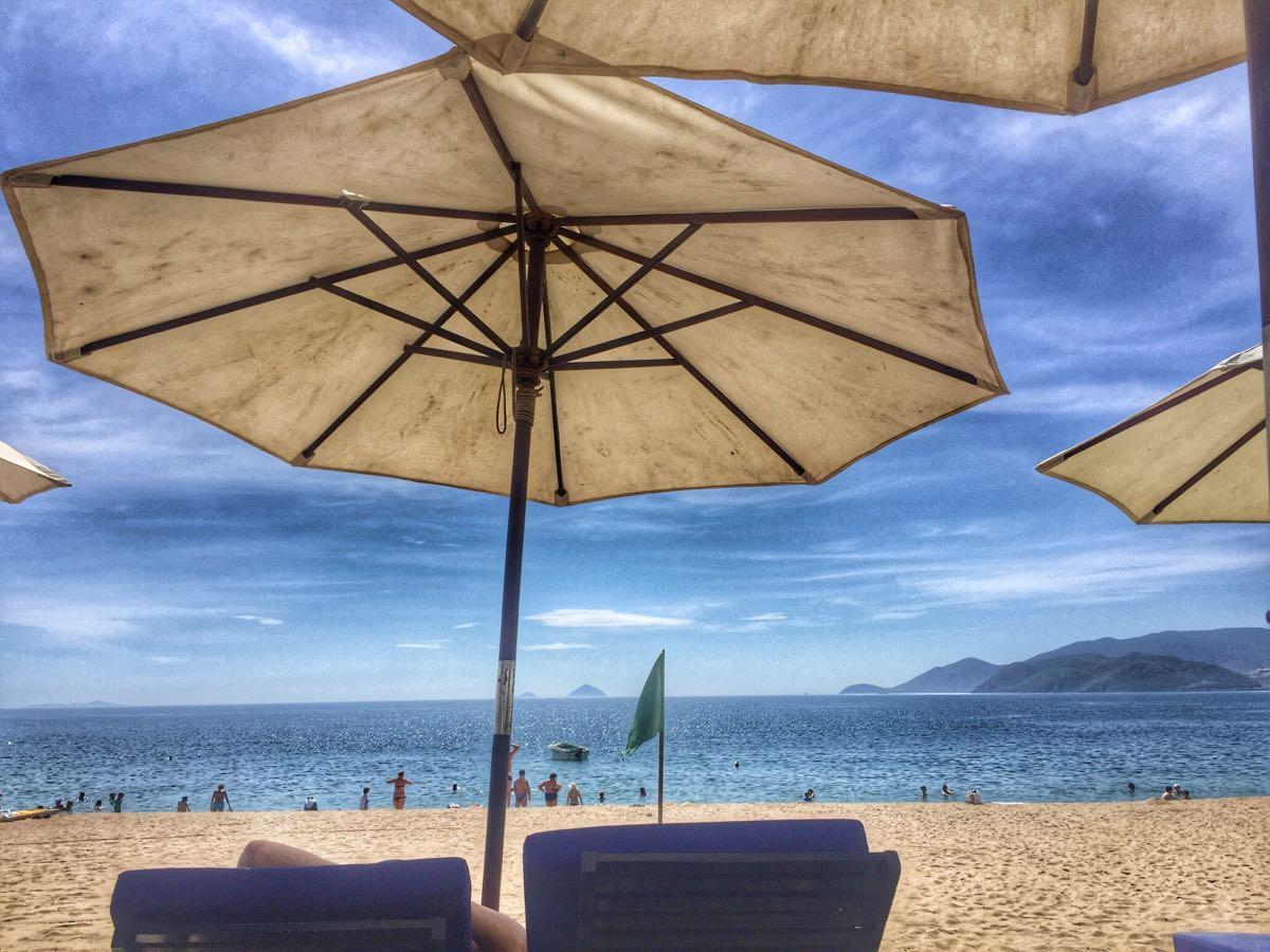 海滩雨伞矢量图素材