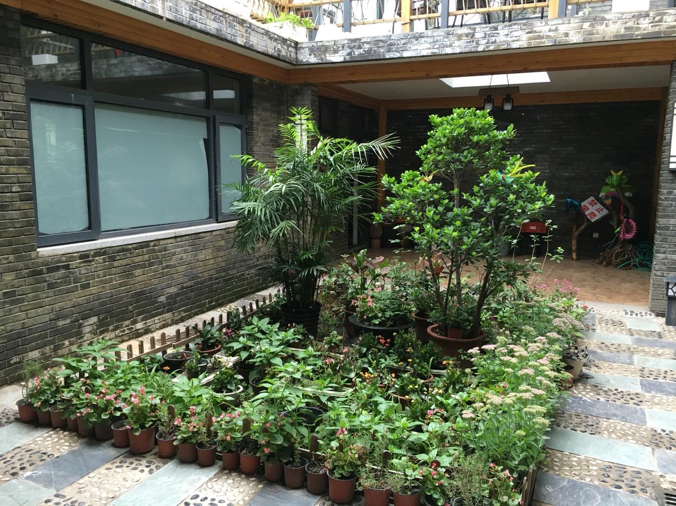 小院很温馨,主人亲自设计建造的,共三层,有平台,特别适合家庭出游或