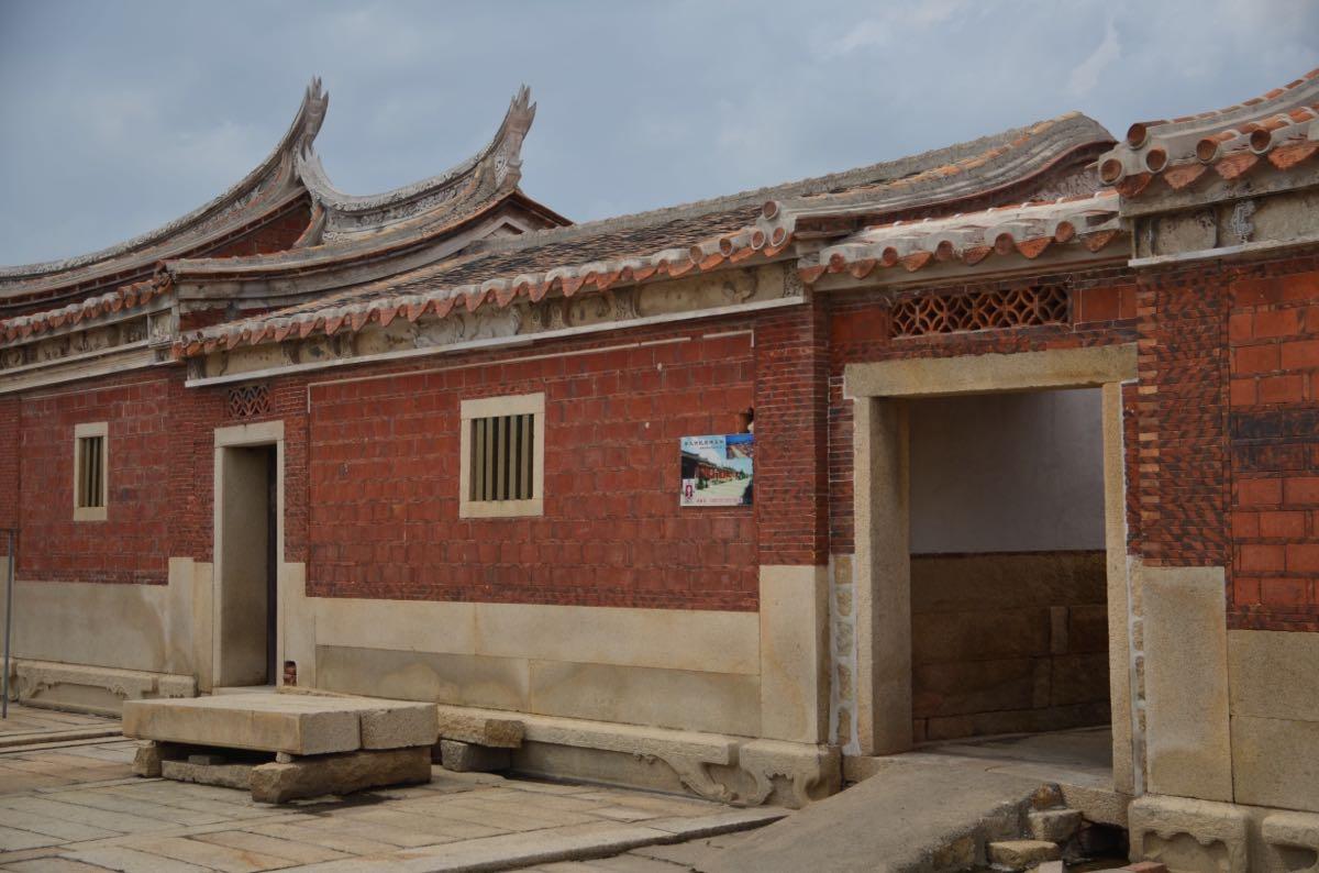 建筑多为穿斗式木结构,主体建筑为硬山燕尾脊五开间大厝,左右为卷棚式
