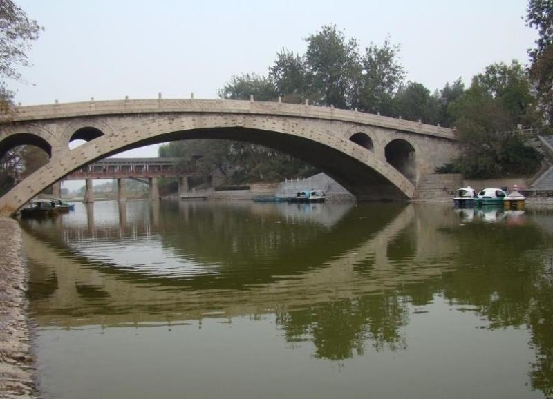 如果想去了解点赵州桥的一些历史的知识,这个景点是值得去的。初中语文课本有这么一篇课文叫做《中国石拱桥》,如果能带孩子去现场看一看,应该很长知识。不过,给一个建议就是只要买40块钱的赵州桥的门票就可以了。没有必要买联票,包括展览馆和赵州挢两个地方共五六十元(网购价)。景区如果只是看一看拍拍照,大概半个小时到一个小时之间就足够了,景色确实很美,尤其是桥的倒影。最后再说一遍,再强调一遍,确实是没有必要买联票,只要买赵州桥这一个景点的门票就可以了,赵州桥景点的门票,只需要四十元钱,不打折。赵州桥的门票,在停车场对
