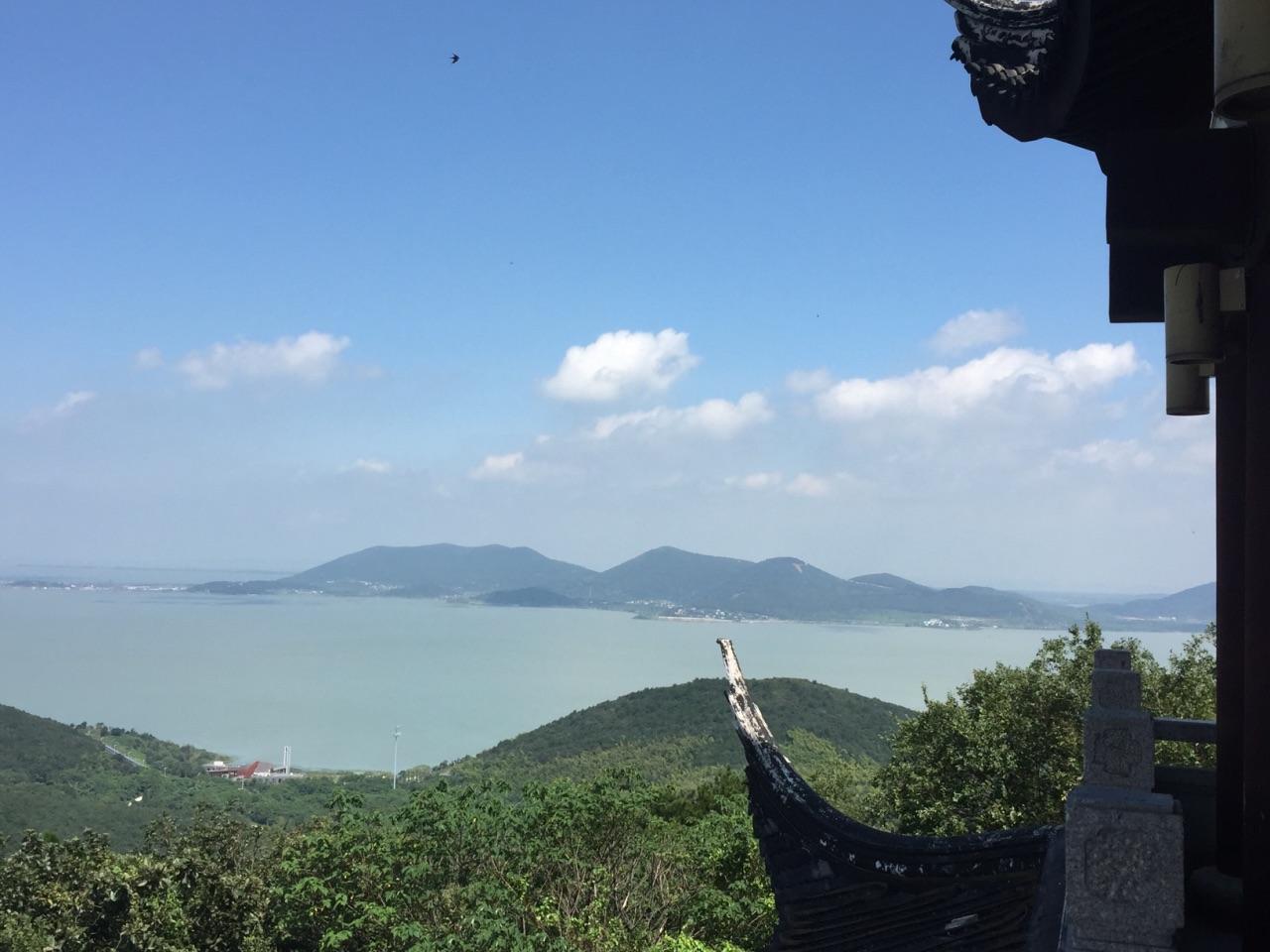 山顶风景好好,风好大.太湖美景尽收眼里