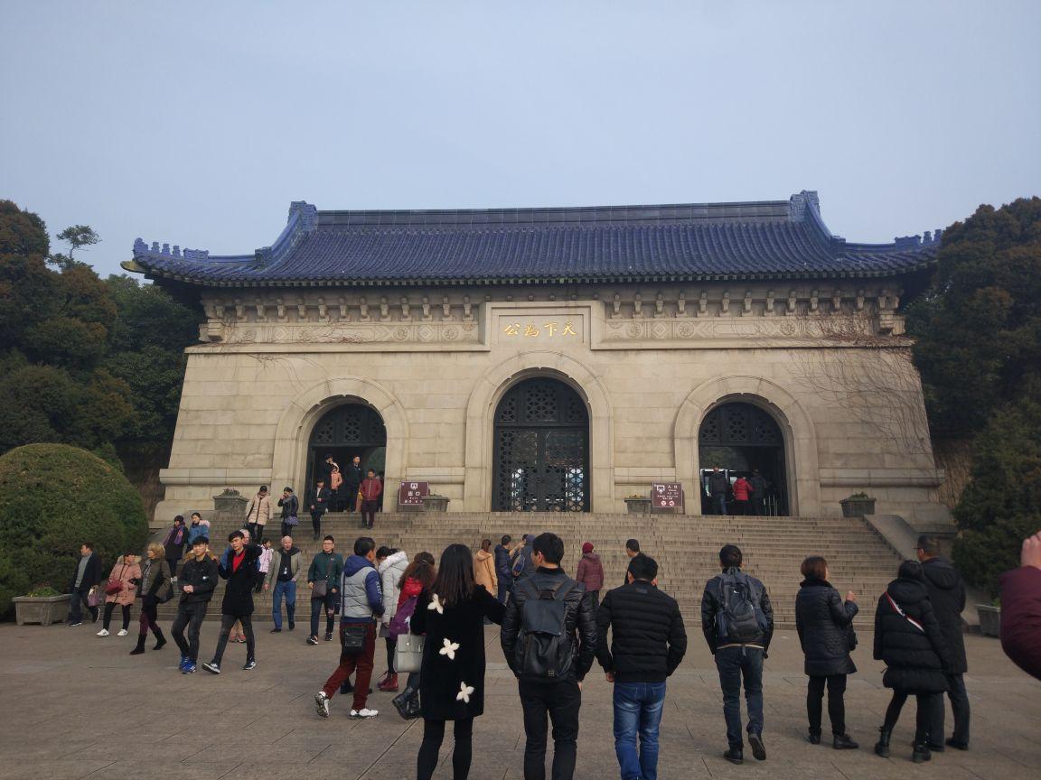 中山陵是免费参观的,从苜蓿园地铁站1号门出来,直接花10元钱买观光小