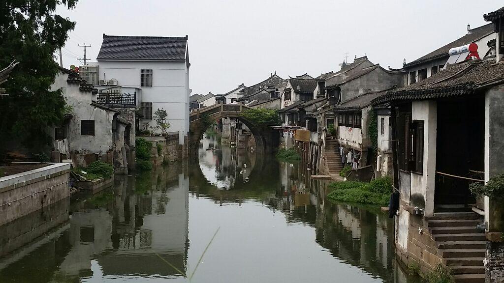 沙溪古镇是我目前看到最具有生活化的江南古镇,目前里面住的大部分都是当地的居民,但沙溪不同于他们的最明显的一点就是它没有其他江南古镇那么商业化,它很安静,没有太多的喧啸,而且里面住的基本都是当地的居民,走在古镇中,你会看到很生活化的景象:门口的村民在打理着自己的事务;不远处你还会看到茶馆中人家休闲地喝着下午茶,谈笑纷声,也会看到茶馆门口的小乌鸦在叫喳喳,似乎替主人在招览客人进去坐一坐;你也会看到街头的小店铺里卖着一些古旧的东西,而里面的主人正在和友人在打着牌;傍晚,灯光亮时,透过窗户看到的是一家人围在一起吃