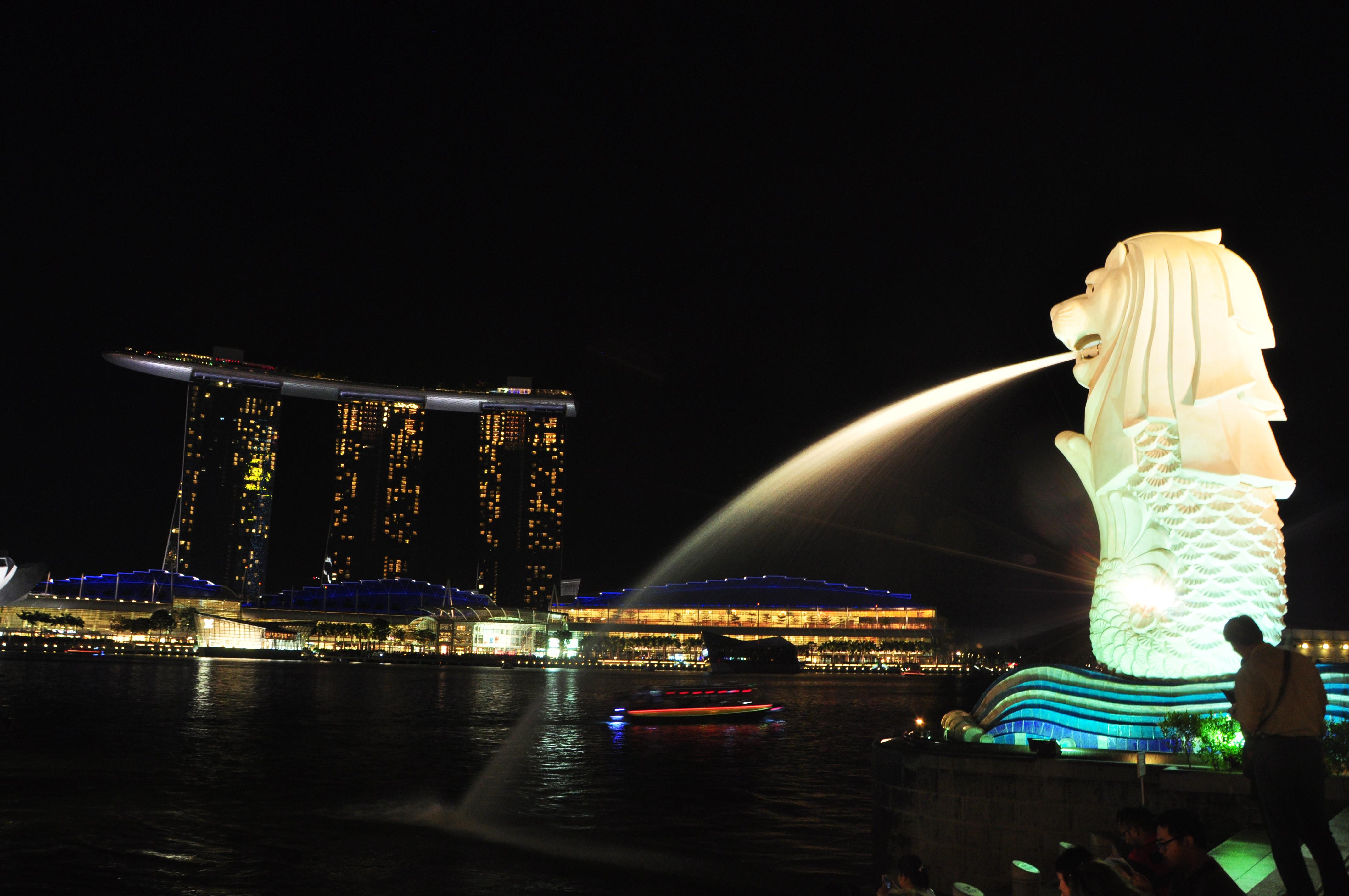 看到这个喷水的鱼尾狮雕塑,我们记忆中对新加坡的才被突然唤起,十一年前的春季我们曾参团到新加坡马来西亚旅游,当时在新加坡停留时间不多,留下印象的好像也就是眼前的鱼尾狮雕塑和圣淘沙岛上的水幕电影。在这里可以更全面看到临海修建的现代建筑滨海艺术中心,巨大的圆顶建筑宛如榴莲的外形表面在这里看起来就格外醒目。作为新加坡面积最小的公园,这个著名的鱼尾狮雕塑就坐落于新加坡河的入海口河畔,这个矗立于浪尖的狮头鱼身像是新加坡的标志和象征。据说鱼尾狮的由来是,古代苏门答腊的一位王子曾在当地看到一只灵兽,很像狮子,于是他便把小