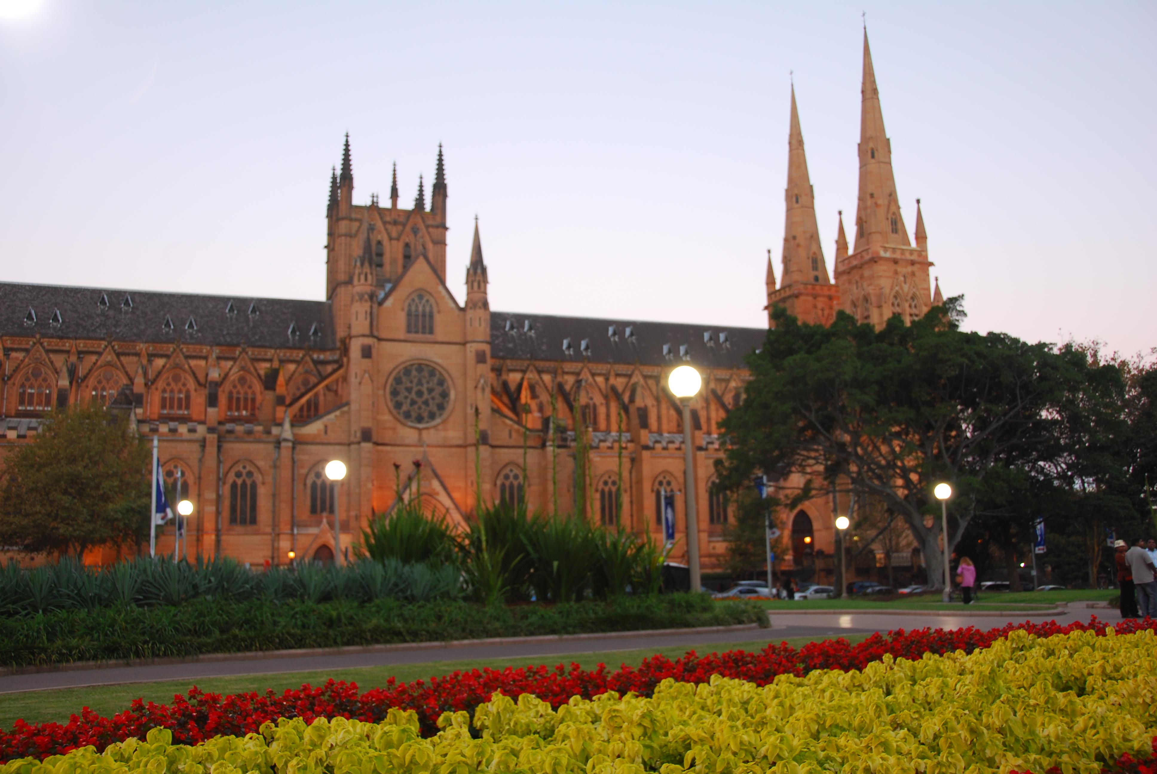 海德公园的一侧是圣玛丽亚大教堂。开放时间:周二周日 10:00-16:00。该教堂是澳大利亚规模最大、最古老的宗教建筑。教堂始建于1821年,天主教神父正式来到澳大利亚是在1820年,因此圣玛丽大教堂又被称为澳大利亚天主教堂之母(Mother Church of Australian Catholicism)。大教堂是由当地的砂岩建成,哥特式的建筑风格是欧洲中世纪大教堂的建筑遗风。公园的中心还有一个为了纪念第一次世界大战中法澳联盟而建的亚奇伯德喷泉Archibald Fountain,喷泉中央是太阳神