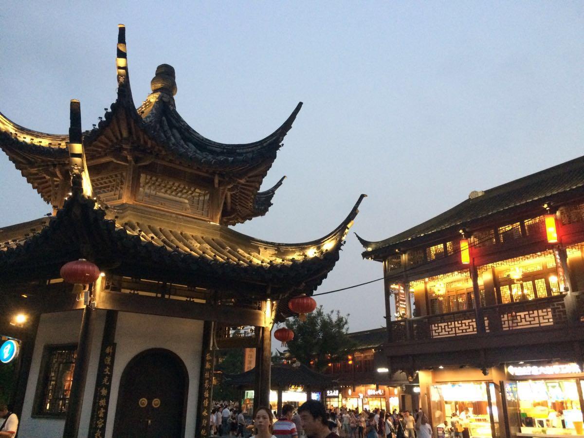 夫子庙始建于宋代,原是祀奉孔子的地方,后多次遭毁并重建。它与北京孔庙、曲阜孔庙、吉林文庙并称为中国四大文庙,去夫子庙可以到民间艺术大观园参观现场制作灯彩、剪纸、微雕等工艺品。值得一提的是,每年春节至元宵节期间夫子庙都会举行春节灯会,这个时候有很多展演活动,如雨花石展、古代礼仪文化展、古代雅乐表演等。