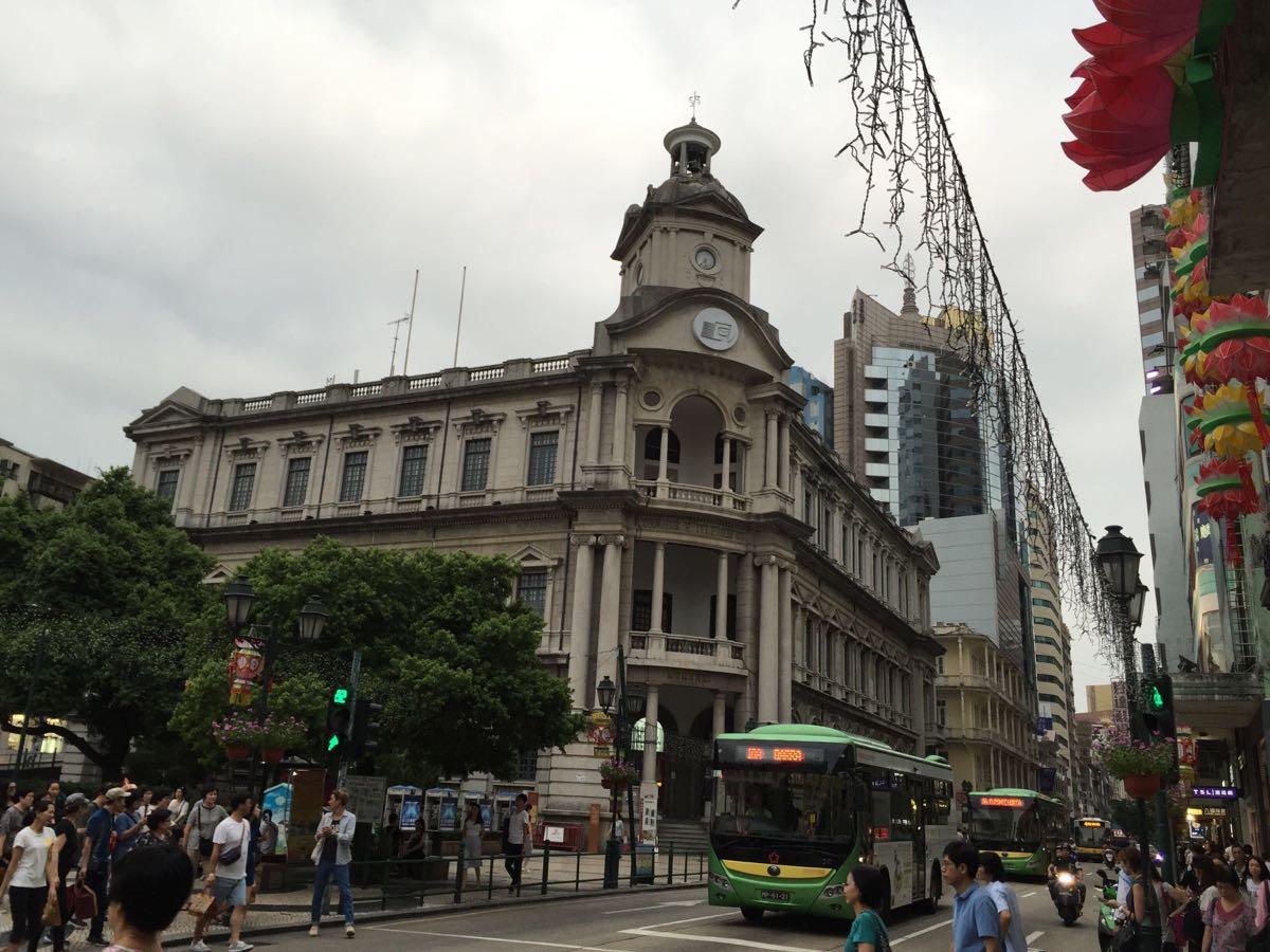 邮政总局大楼就在民政大楼的正对面,是大家通常所说的大三巴旅游景区的入口。每次去澳门我一定会到里面溜达溜达,一方面它的历史悠久,用来拍照的话非常合适,更重要的是,里面可以购买的邮票及相关产品的种类比香港邮政总局的多得多,既有澳门本土的邮票,也有香港、大陆、数十个国外邮政的产品。借助这些邮品,我们可以更好地了解一个地区的历史、风土人情等,还有一定的收藏价值。