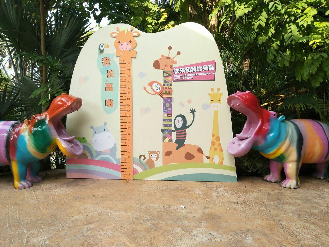 去了动物园零距离看了长颈鹿,还去看了猴子表演挺好看的小孩子比较
