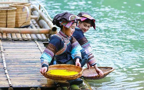 背美女过河、美女漂流,罗平三月三布依族泼水大图脸竹筏图片