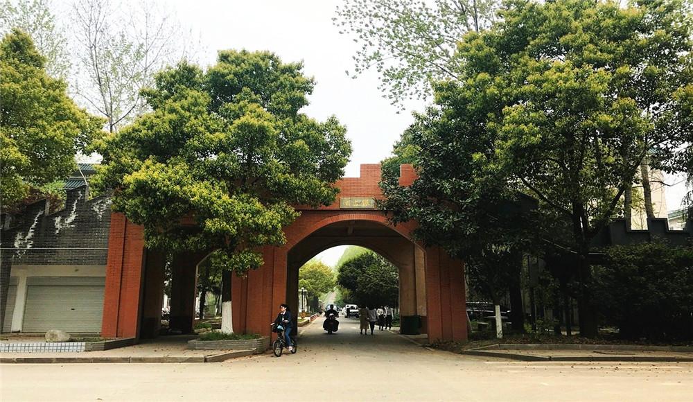 """武汉大学简称""""武大"""",位于湖北武汉,是直属于中华人民共和国教育部的"""