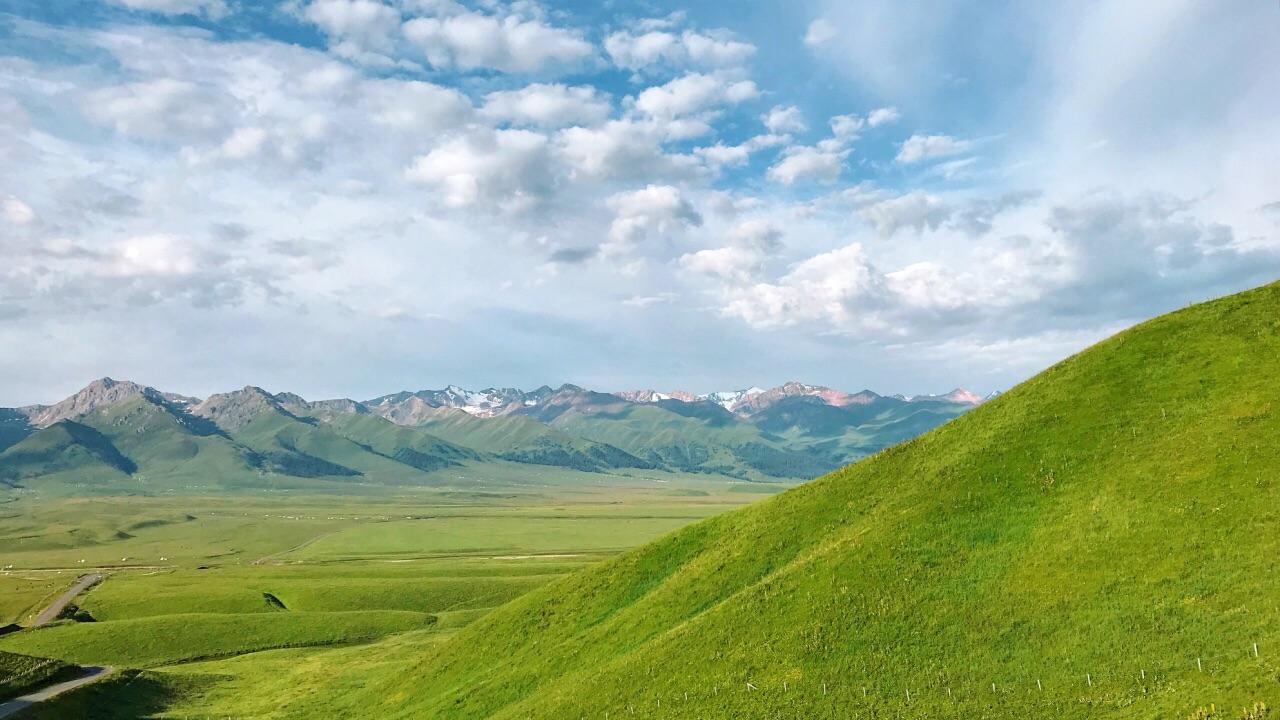 那拉提旅游风景区,位于新疆新源县境内,地处天山腹地,在被誉为塞外江南的伊犁河谷东端,有人间天堂之美称。总规划面积960平方公里,平均海拔1800米,年降雨量在880毫米左右,年平均气温在20摄氏度左右,三面环山,巩乃斯河蜿蜒流过,可谓是三面青山列翠屏,腰围玉带河纵横,大自然的恩赐,使其形成了风光秀丽、环境幽雅、植被丰富的天然地貌。它以独特的自然景观、悠久的历史文化和浓郁的民族风情构成了独具特色的边塞风光。   在新疆浩瀚大漠中,这个曾被成吉思汗二太子察合台西征时命名的最先见到太阳的地方---