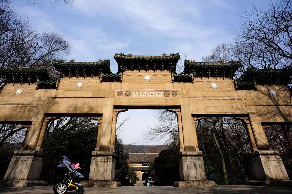 其建筑结构改变了我国古建筑梁柱结合框架式的建筑