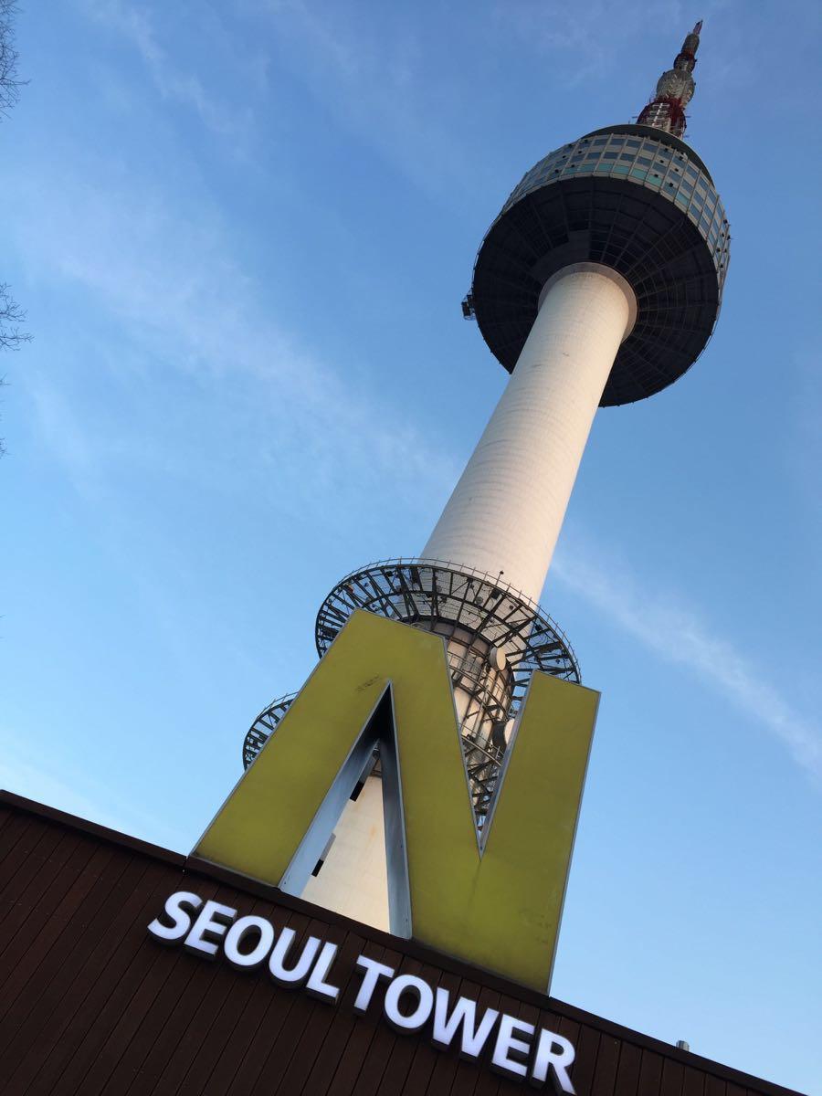 首尔塔位于韩国首尔特别市龙山区的南山,前称首尔塔或汉城塔,高236.7米,建于1975年,是韩国著名的观光点。每晚7点至12点,还有6支探照灯在天空中拼出鲜花盛开的图案首尔之花。 楼层详情 P0:服务台,Sky Cafe A Twosome Place,天空咖啡店,Star N joy,Gift N joy,Play N joy P1:纪念品商店,Beer Garden露天啤酒店,售票处,光的芦苇,Olive Young,Oriental ROO东方楼 P2:The Place Dining(意大利