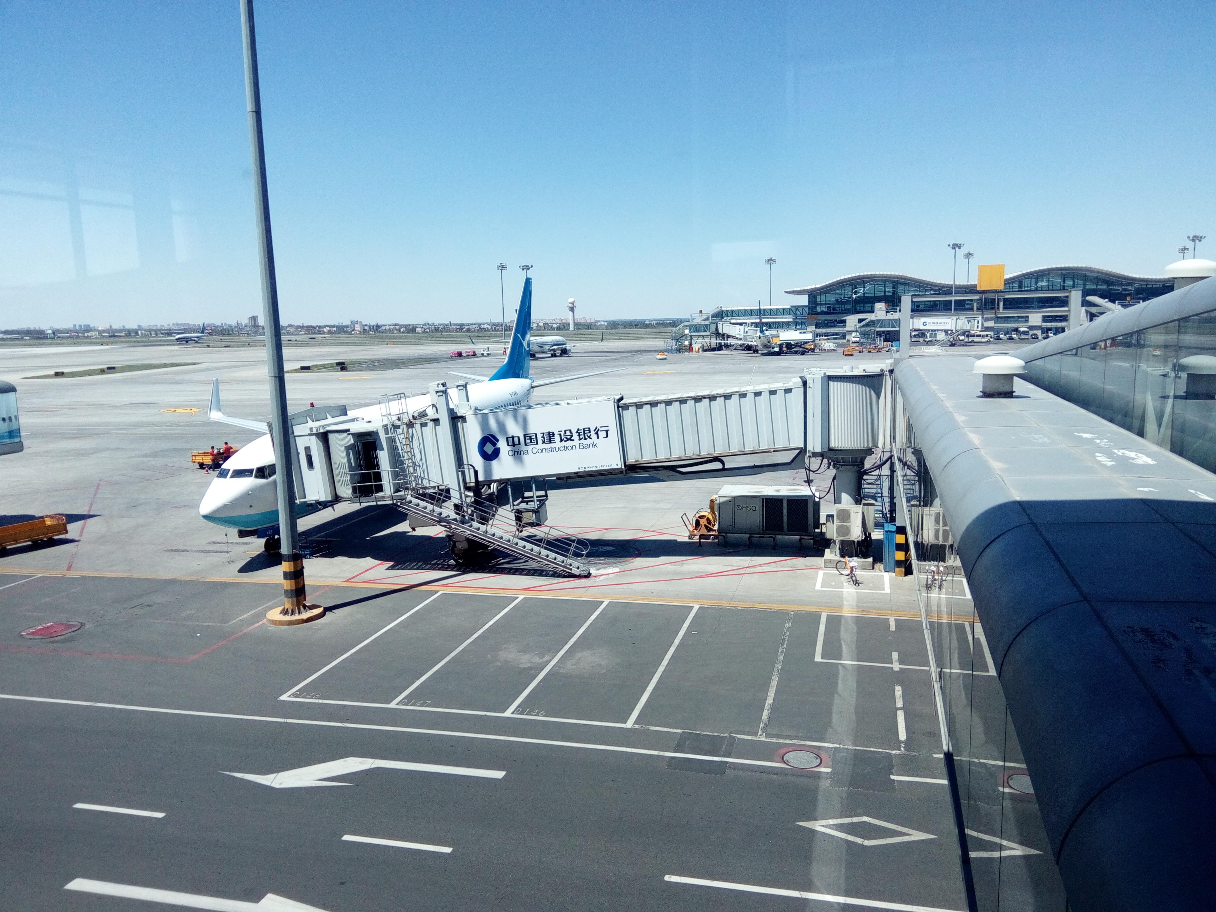 乌鲁木齐机场全称叫乌鲁木齐地窝堡机场,因为机场的地理位置在位于乌鲁木齐市郊西北的地窝堡。机场规模很大,国内国际航线很多,有三个航站楼,是一个繁忙的机场。候机楼宽敞整洁,设施齐备,标示清楚,有自助办理登记手续的机器,和内地大城市机场没有什么差别。因为新疆是维吾尔自治区,机场广播和有的标识,同时使用汉语和维语。机场工作人员说流利的普通话。机场里有很多各民族大团结的宣传广告。 国航抵达是在T2,T3航站楼主要是南方航空公司使用。T2 和T3 之间有免费摆渡车。T3航站楼非常宽敞,足够的沙发椅。销售新疆特产的商店