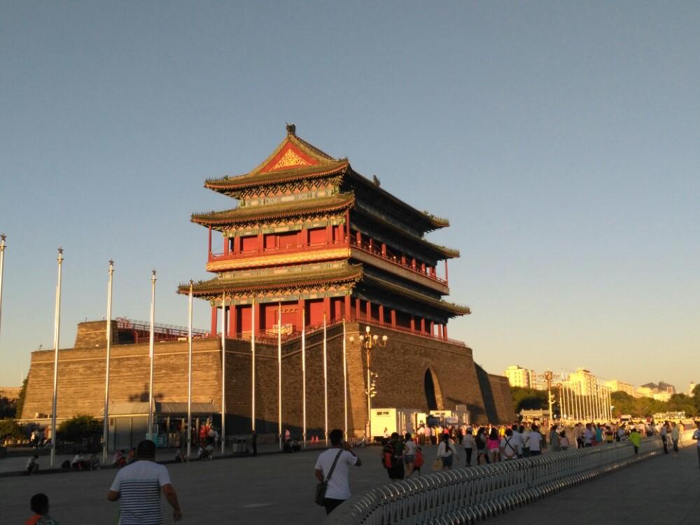 北京,是一個讓中國人民尊重的城市。而我,直到看了天安門廣場,才體驗到了他的莊嚴肅穆。 天安門廣場是我在北京游玩的第一站,忽略炎熱的天氣與擁擠的人群,總體心情是愉悅激動的,哈哈,畢竟首都嘛,驕傲。 從北京站坐地鐵二號線直達前門站,天安門廣場就在那兒。