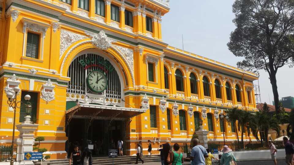 邮局位于胡志明市市中心第1郡,此邮政局和西贡王公圣母教堂相邻胡志明市中心邮局既是一个著名景点,又保留着邮局的职能。这个几乎每一个游客都会到访的法式建筑,由法国于1886年至1891年兴建,1892年正式启用,是法国殖民时期的第一座邮局。空旷的大厅富丽堂皇,显眼处悬挂着胡志明的大型肖像,两旁的墙壁上则是越南的旧地图,旧地图下设有特色电话亭可以拨打国际长途,大厅两侧设有纪念品店和提款机,以及信息中心和货币兑换。再往里走,才是真正意义上的邮政服务,到这儿的每一个游客都会给亲朋好友或是自己邮寄一张明信