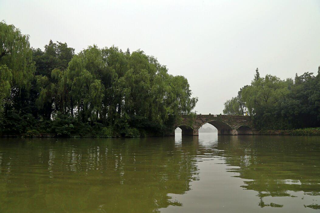 鑒湖是紹興的母親湖,它屬于柯巖風景區的組成部分,個人覺得也是柯巖