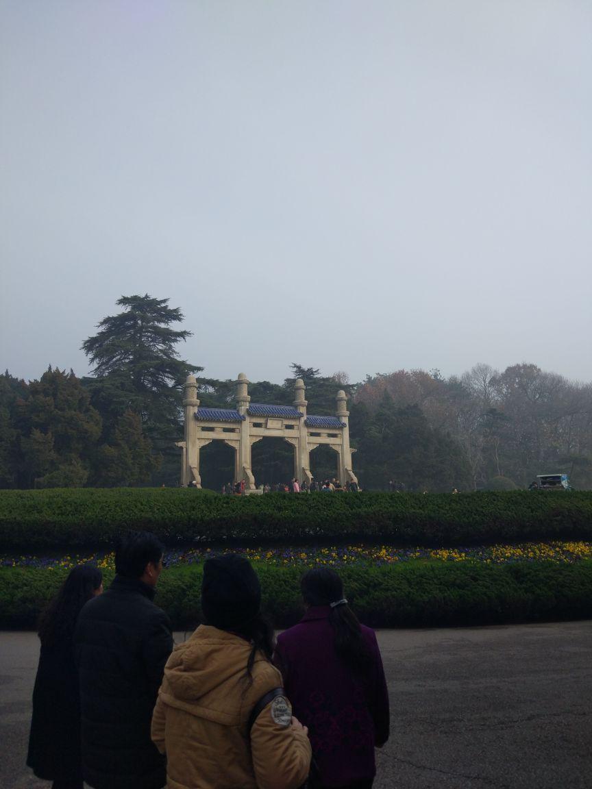中山陵是免费参观的,从苜蓿园地铁站1号门出来,直接花10元钱买观光