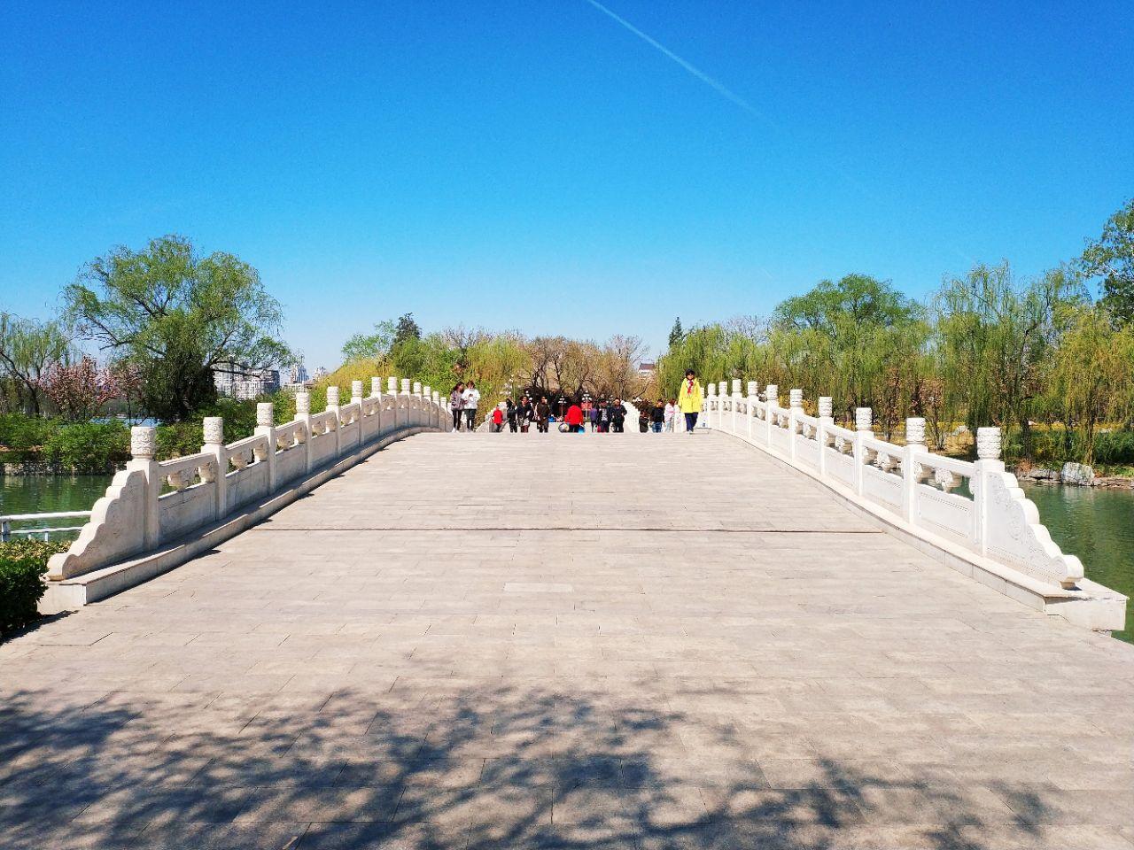 园区内有休闲广场,儿童乐园,游船码头等,还有天津动物园.