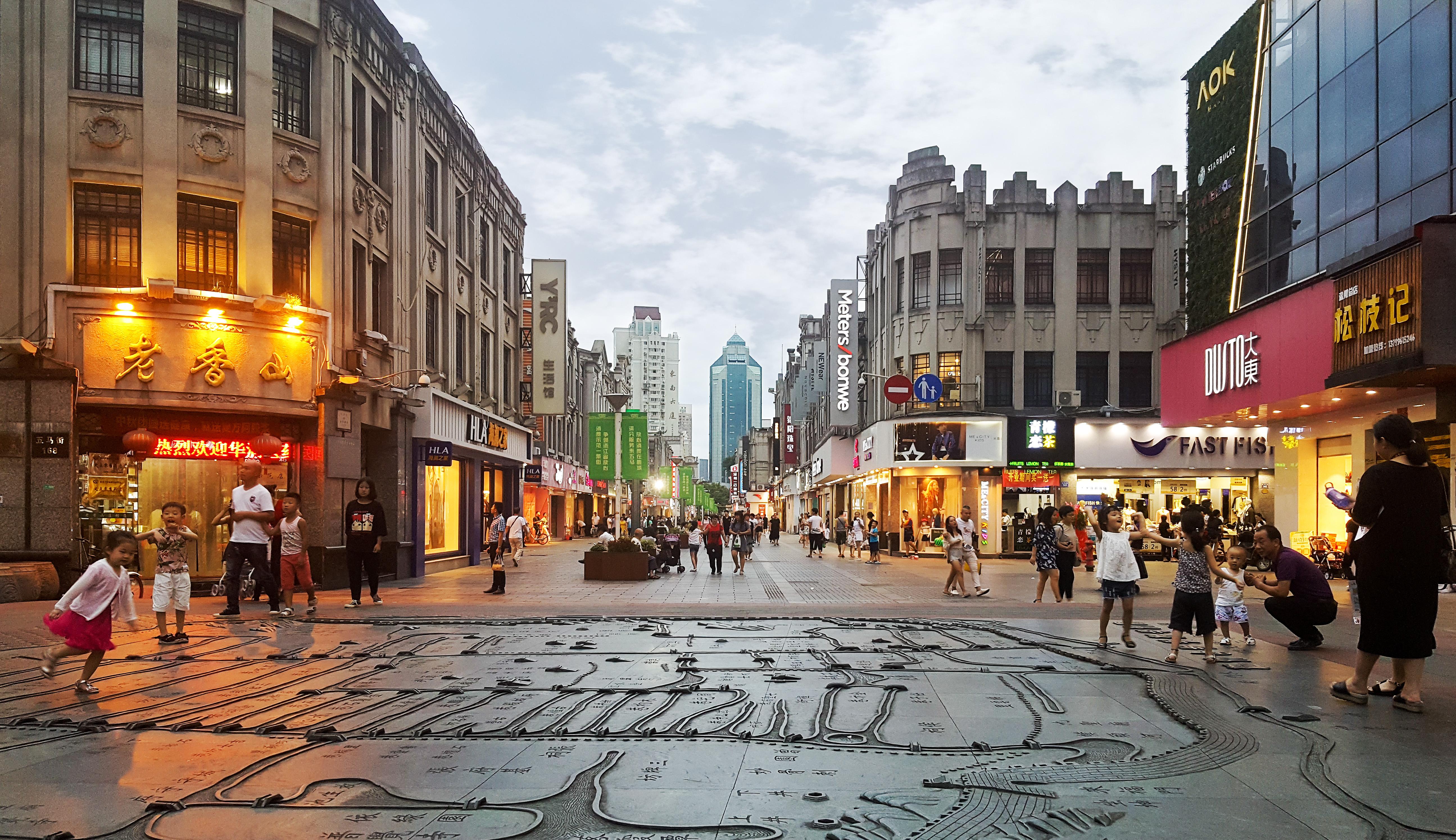 温州市标志性购物步行街,也是温州最古老的街道和最繁华的中心地块,有
