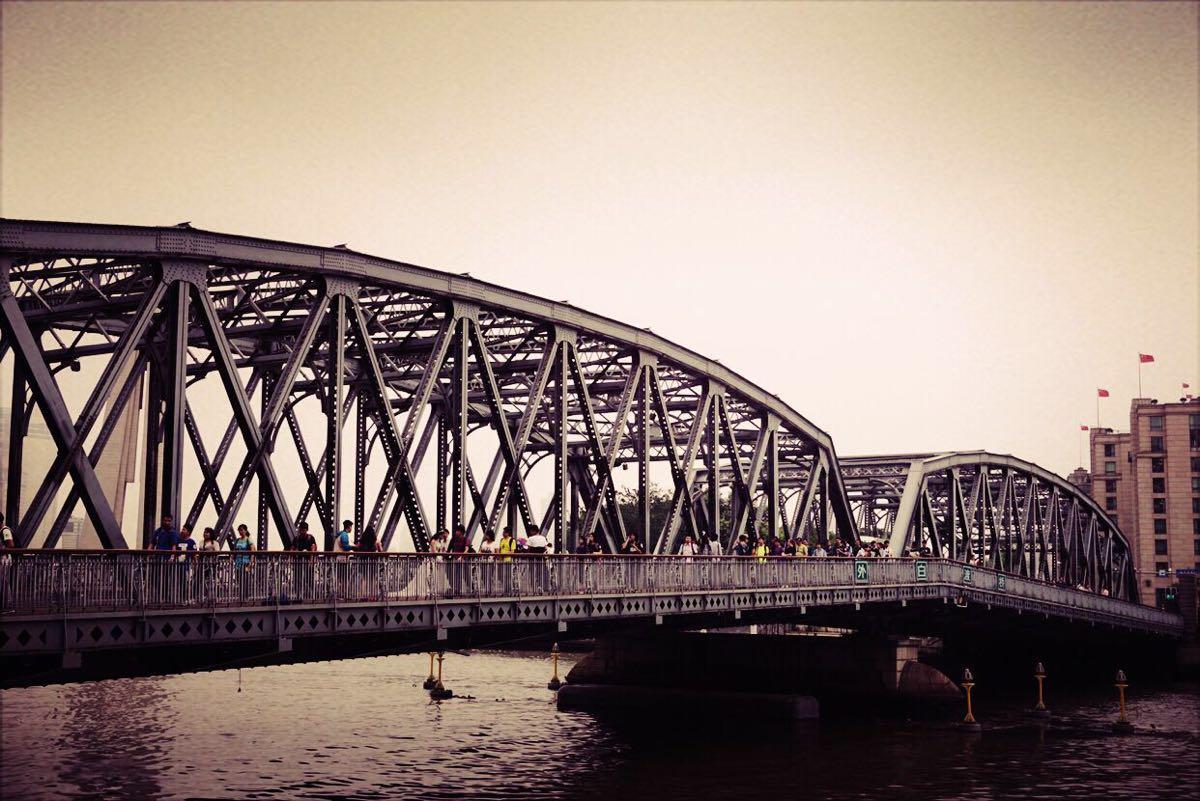外白渡橋,是中國第一座全鋼結構鉚接橋樑和僅存的不等高桁架結構橋,也是自1856年以來,在蘇州河河口附近同樣位置落成的第四座橋樑。外白渡橋處於蘇州河與黃浦江的交界處,因此成為連接黃浦與虹口的重要交通要道。現在的外白渡橋於1908年1月落成通車。其豐富的歷史和獨特的設計,使外白渡橋成為上海的地標之一,也是上海現代化和工業化的象徵。1994年2月,上海市人民政府將外白渡橋列為優秀歷史保護建築。歷經一個多世紀,在上海這樣一個日新月異的城市裡,外白渡橋依舊散發著獨特的魅力。