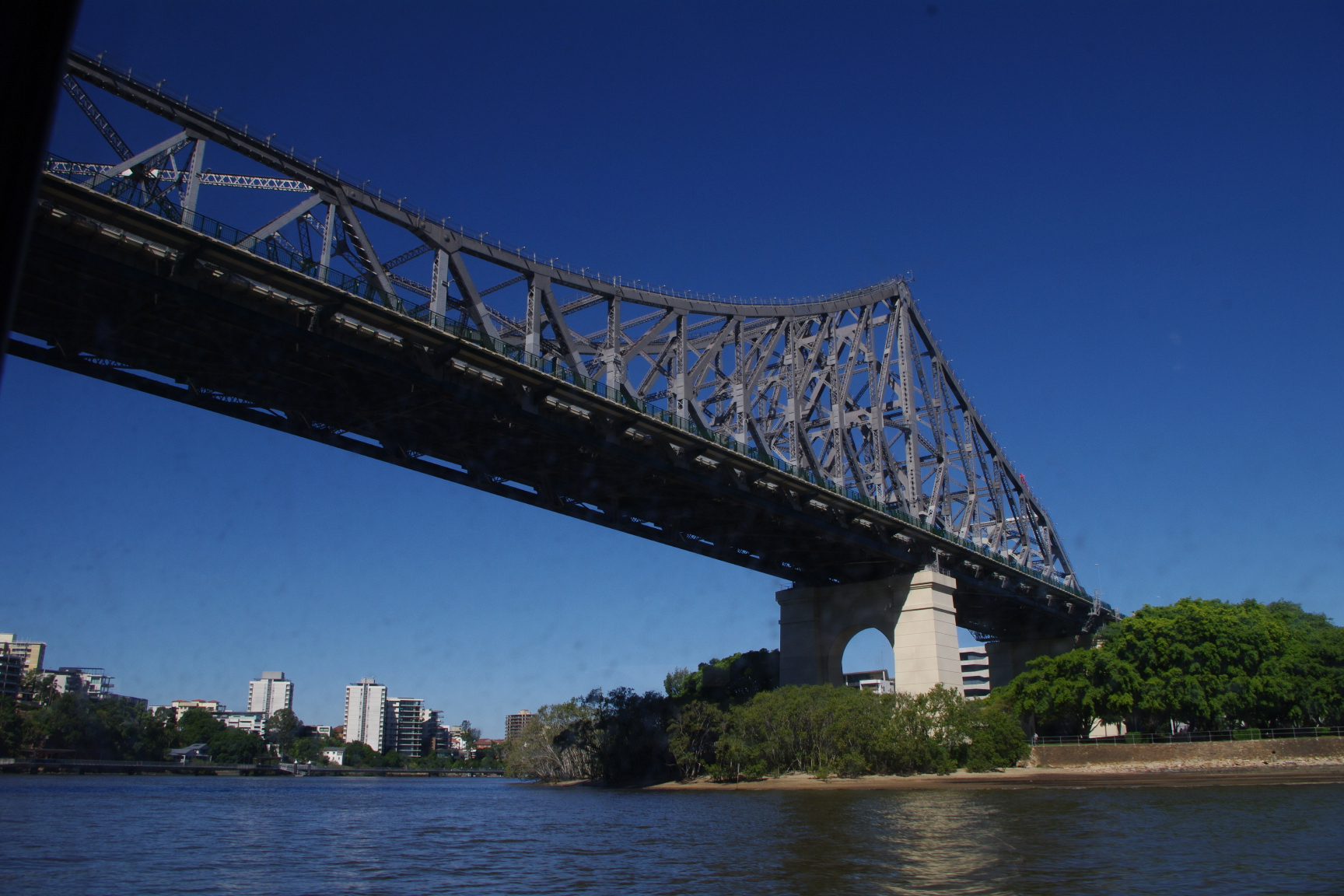 故事桥是布里斯班最著名的一座大桥,连接袋鼠角与布里斯班CBD。该桥建造于1940年6月6日,桥身96%的建筑材料均取自于澳洲当地。故事桥并没有什么特别的故事,之所以叫故事桥是因为其设计者姓Story,中文把Story翻译成了故事二字而已。故事桥之所以闻名遐迩,主要是因为story后来又设计了让他声名鹊起的悉尼海港大桥。故事桥在1992年被昆士兰州列入遗产名录。   从2005年开始,故事桥可以进行商业攀登,也是世界上仅有几个特许经营攀登大桥的场所之一。   布里斯班河在布里斯班市中心现有8座桥,从东至西