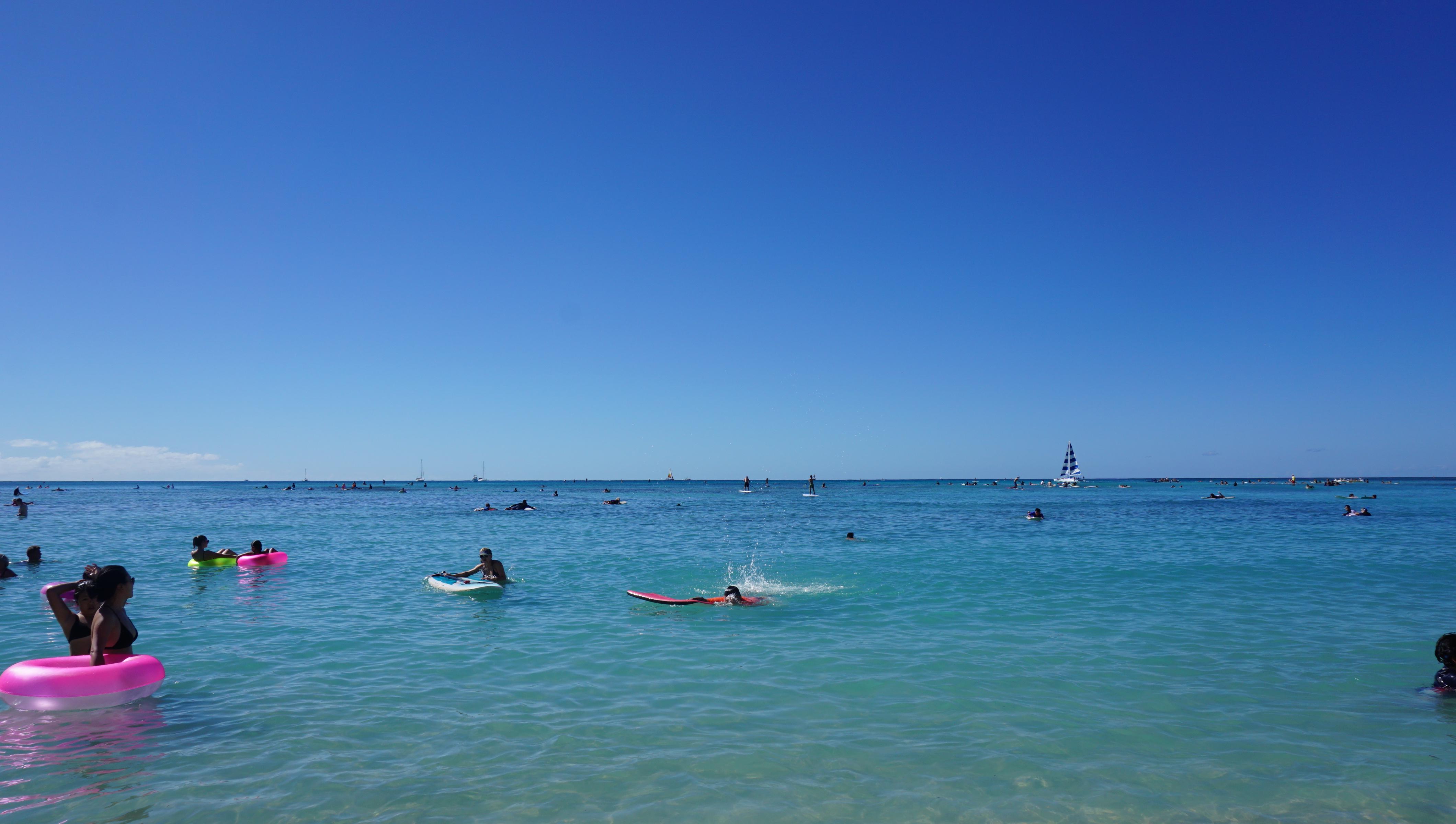 远处近处都有船只来来往往,海滩 上的人谈笑风生,大海是深色神秘