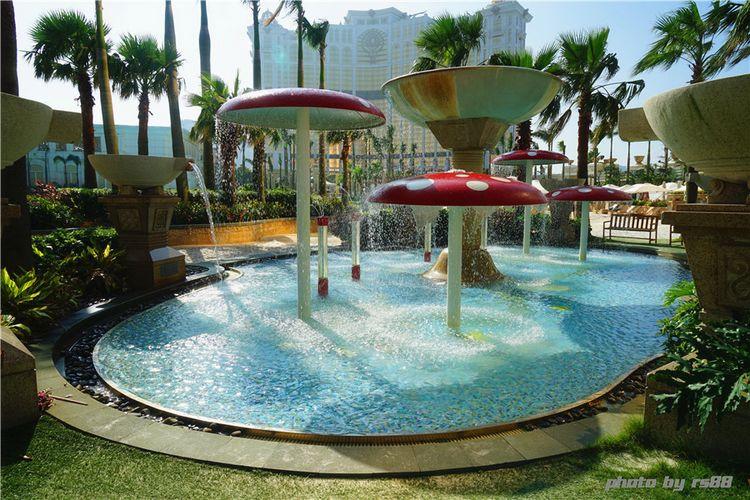 园区还设有专门为儿童设计的游乐专区, 大型水屋翻斗乐,儿童戏水池等