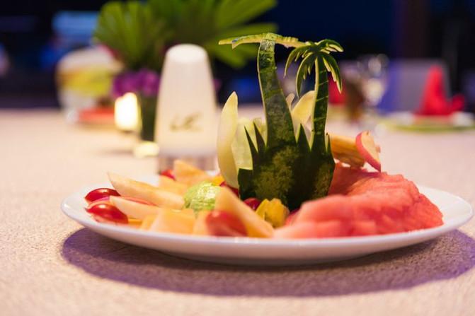 饭前水果的拼盘都如此有创意,西瓜皮被雕成了椰子树,给人一种美的享受