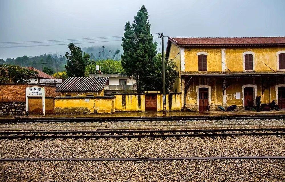 宣统元年(1909年)4月13日滇越铁路铺轨至碧色寨,建碧色寨车站.