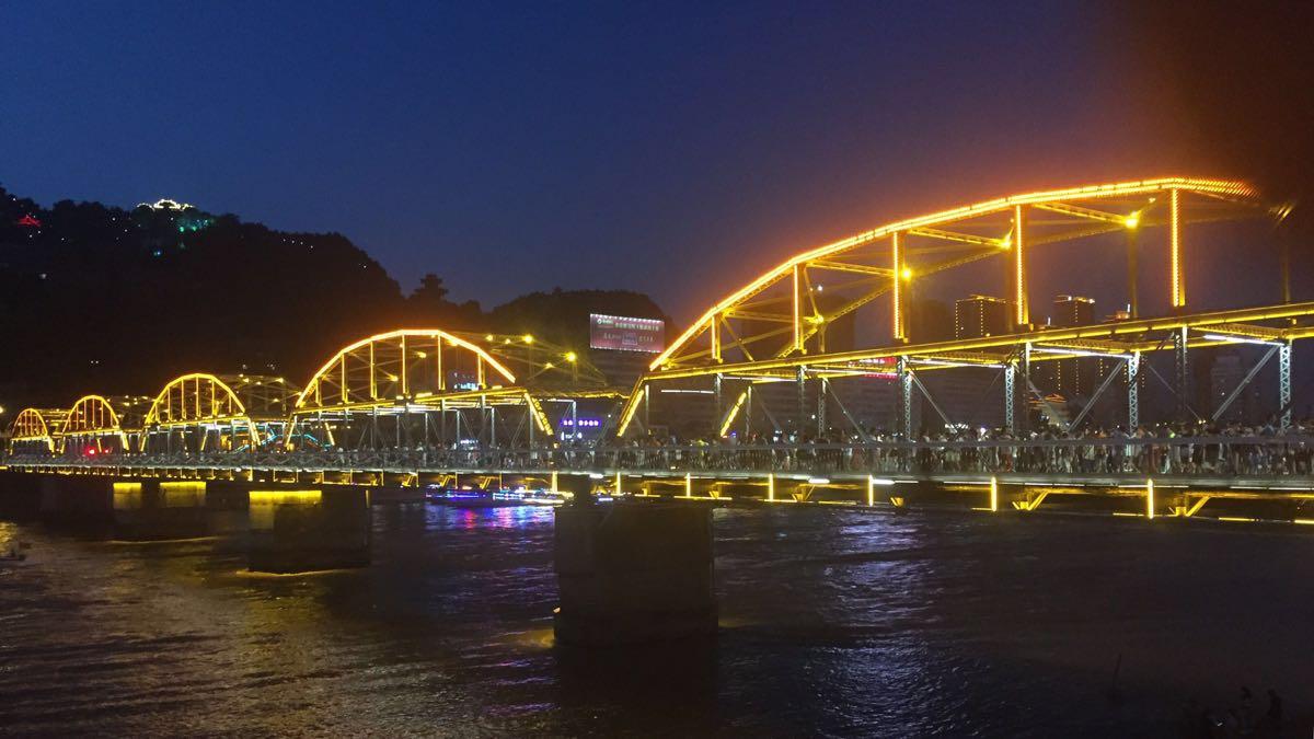 黄河铁桥又名中山桥,位于城关区,是兰州最重要的地标建筑之一,也是游客到兰州游玩一定要去的地方。铁桥长两百多米,宽约有七八米,保持了一百多年前修建时的黑色铁架桥身,十分古朴。在百年来的修缮过程中,桥身上还架起了5座大铁拱,气势美观。铁桥南侧桥头处,有金色的中山桥三个大字,还有一块刻有黄河第一桥的古老石碑,每天都有很多游客到此合影,作为来过兰州的留念。 这座铁桥修建于清朝末年,是当时黄河上架起的第一座常年通行桥,也被誉为天下第一桥。铁桥当年由德国人建设施工,所有的材料也都由德国运来。有趣的是,在19