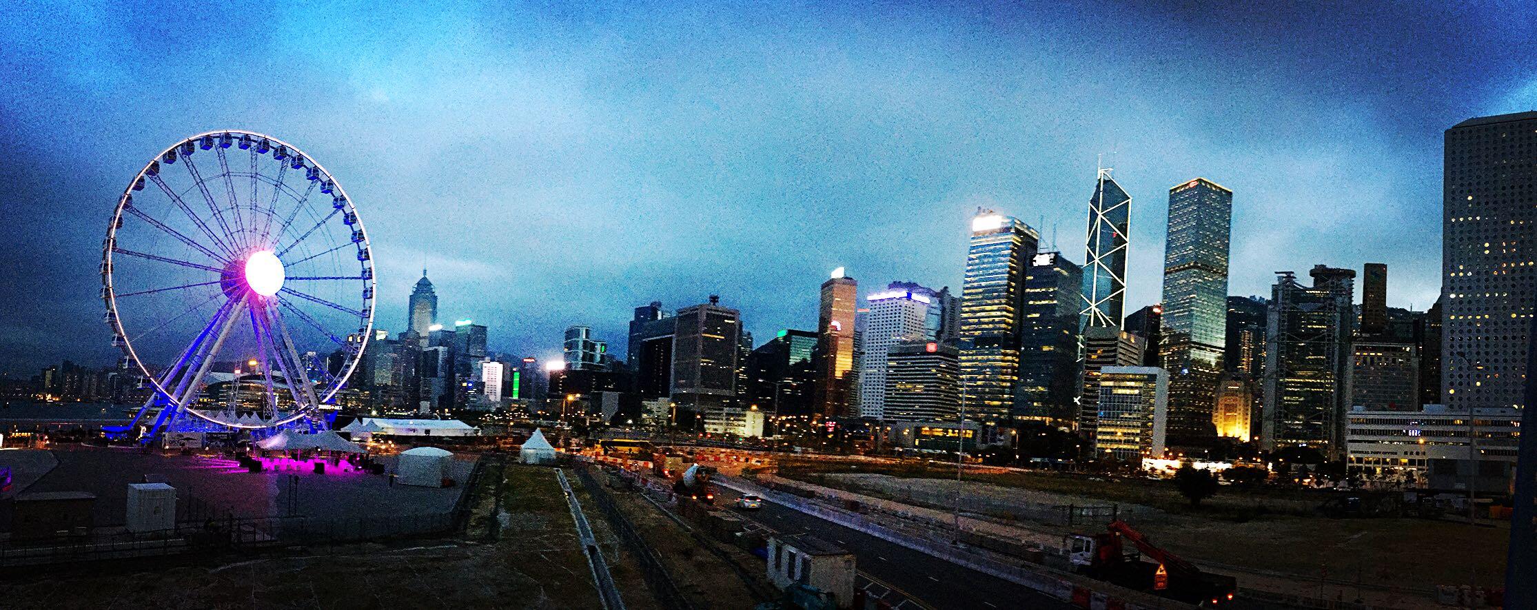 2014年底,中環新增一處地標景觀,即高達60米的香港摩天輪,為游客提供了一處欣賞維港景色的新選擇。香港摩天輪有42個車廂(包括一個VIP車廂),每個車廂可載八名乘客,繞行一圈要花15至20分鐘。車廂內有恆溫設備,不論是夏天還是冬天乘坐,都沒有問題。而且車廂內的免費Wi-Fi功能,讓您可以輕松打卡、實時跟朋友分享喜悅。摩天輪附近有一個活動廣場,提供小吃飲料。