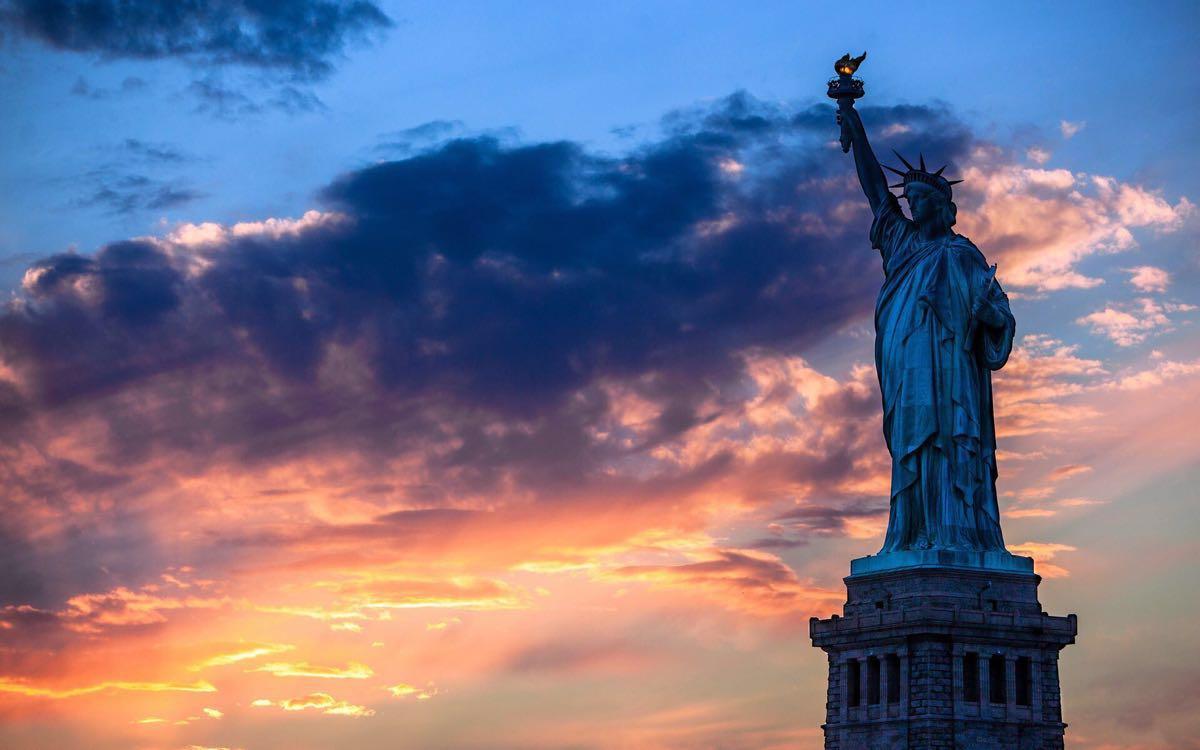 自由女神像在美国新泽西州哈德逊河口附近,它法国
