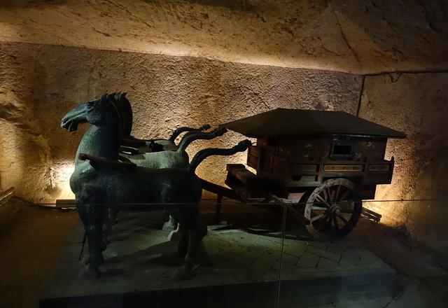 龟山汉墓从进门的导航图可以了解整体的构造,每一个室内都有其应有的特色,有厕、马埇、水槽、马车,各具特色,旁边的门前介绍都挺有趣,有些故意的制造迷,都像是个个幽默笑话。墓上设施除继承战国以后在墓上堆筑坟丘的作法外,贵族官僚墓还在坟丘四周用夯土筑造围墙以为茔域。东汉时期兴起在墓前立墓碑、建祠堂、置墓阙,阙前辟神道。神道两侧还列置人物和动物的立雕石像。