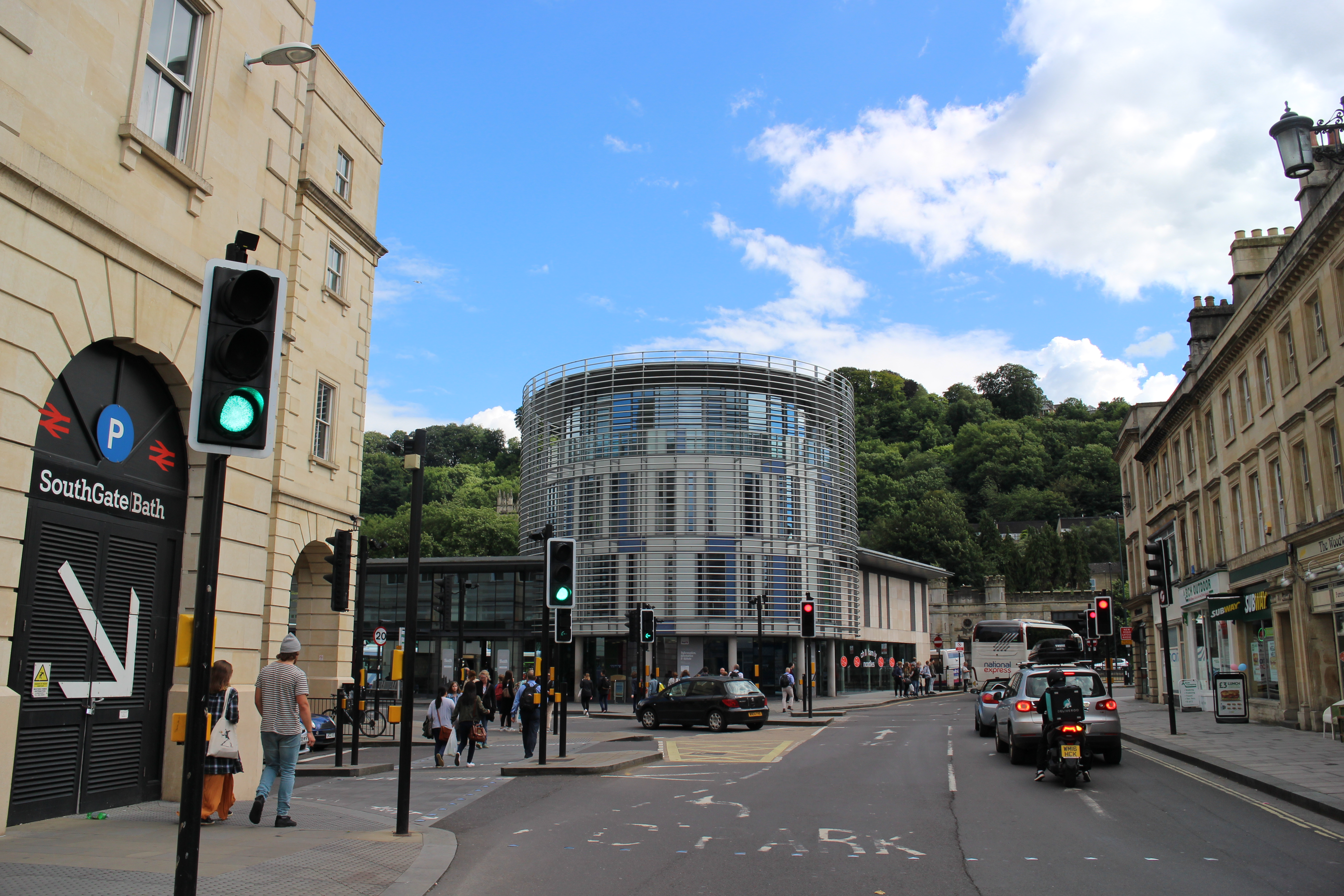 听闻巴斯是英国最干净的城市, 是不是因为它有这个国家最古老的浴池?短短住了一晚,傍晚到,第二天中午就离开,我却喜欢上它了。市中心很热闹,人们坐在街边喧哗着喝茶品咖啡,拐角就很清静;有连锁的超市和商场,也有很多独门独户开在街边的英国本土品牌的服装店,都特别有范儿!