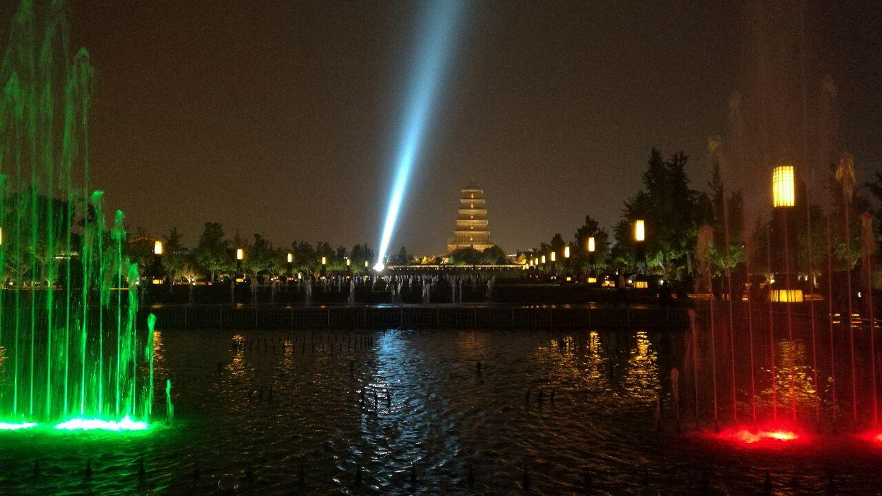 大雁塔为中心轴三等分,中央为主景水道,到了指定时间就会有音乐喷泉