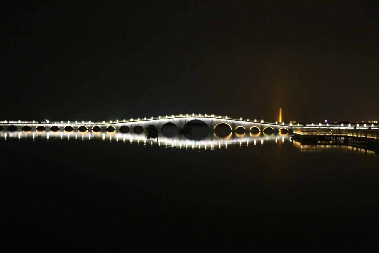 双桥是周庄标志性景点,也是周庄美景的精华地带,属于游客来周庄旅游必需打卡拍照的。所谓双桥,就是两座石拱桥垂直相连,上面爬满了绿色的植被,距今也有百年的历史了。双桥很小很窄,常常会被游人堵住。这里的水不是特别好,乘船会从桥下穿过。粉墙黛瓦和小桥流水构成的周庄,在船的穿梭下,给人一种安宁祥和的感觉。几十年前,著名画家陈逸飞在这里绘画周庄水乡风貌,一经展出,惊艳了外国人的朋友圈,因为这在世界上独一无二的。所以,你在周庄可以经常见到外国人,这已经是外国人必去的中国50个旅游目的地之一。