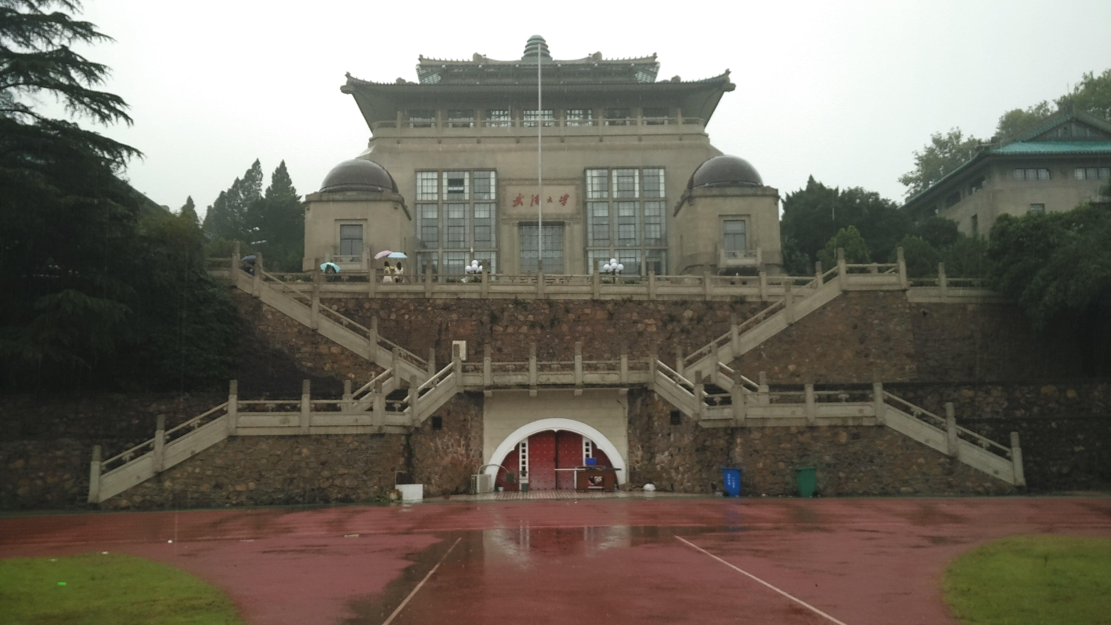 国立武汉大学,乘坐武汉地铁就能到达大学校门附近然后进入大学.