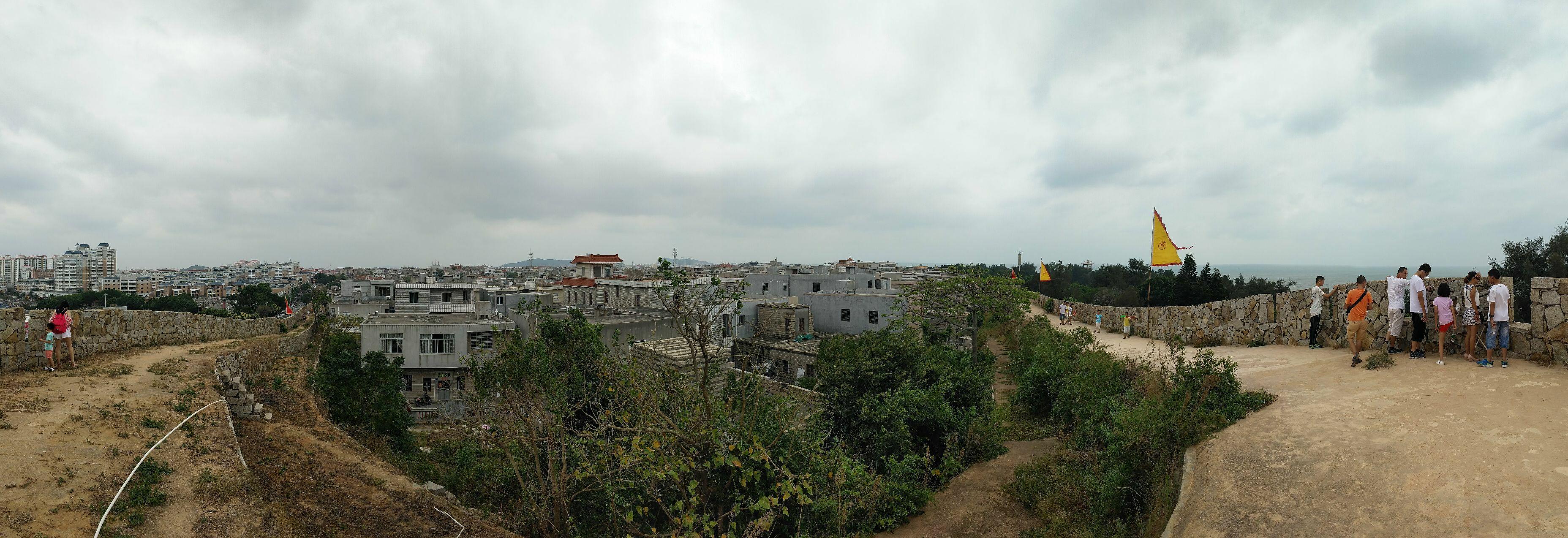 崇武古城位于惠安县东南海滨,濒临台湾海峡,是明洪武二十年(1387年)江夏侯周德兴为抵御倭寇所建。但至今,古城遗留下来的也只有一段古城墙了,所以,为了景区的可看性,古城植入了惠安的绝活石雕。 整体而言,崇武古城的看点有3大块:古城墙、石雕和海边的岩礁。 崇武古城的房屋不是用红砖而是用整块方形大石建成,所以又被叫做石头城。虽然年代久远,但是用石头砌成的城墙依旧很完整。城墙内有几个村子,也都是石头砌成的房子。古城城墙内免费参观,只有城墙到海边的一段才收费。这些城墙下的居民区还生活着整个崇武最早的居民,也就是