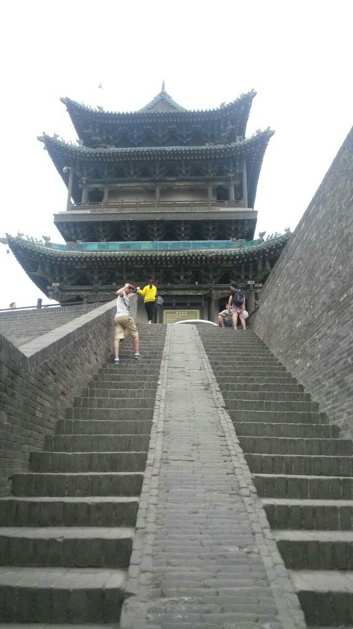 中國如今有城牆,有完整城牆的地方已經不多了,抵達平遙,青灰色的城牆巍然屹立眼前,一種熟悉之感湧上心頭,很奇怪的,既會熱血沸騰,像是觸碰到久違的記憶,雖然明明從未來過。平遙古城的魅力,很大程度上覺得城牆功不可沒,古城牆是可以登上去的,當時去的時候可能因為天氣熱,只有我和朋友三人,站在城牆上望去,平遙城呈方形井然有序,四下黃土,缺少水的點綴,少了些靈動,更顯蒼涼,幾百年風風雨雨之中仍屹立不倒,這是城牆的風骨,守衛著平遙城一起秋去春來,不過現在平遙的城牆有很多地方有脫落的跡象,要好好保護了。