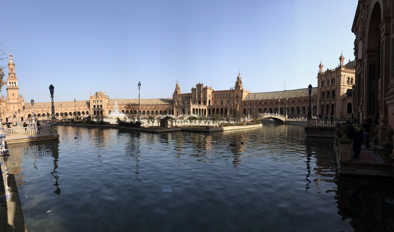 黄褐色的建筑外墙围成半弧形,中央设喷泉,半弧形内墙设立西班牙原58个