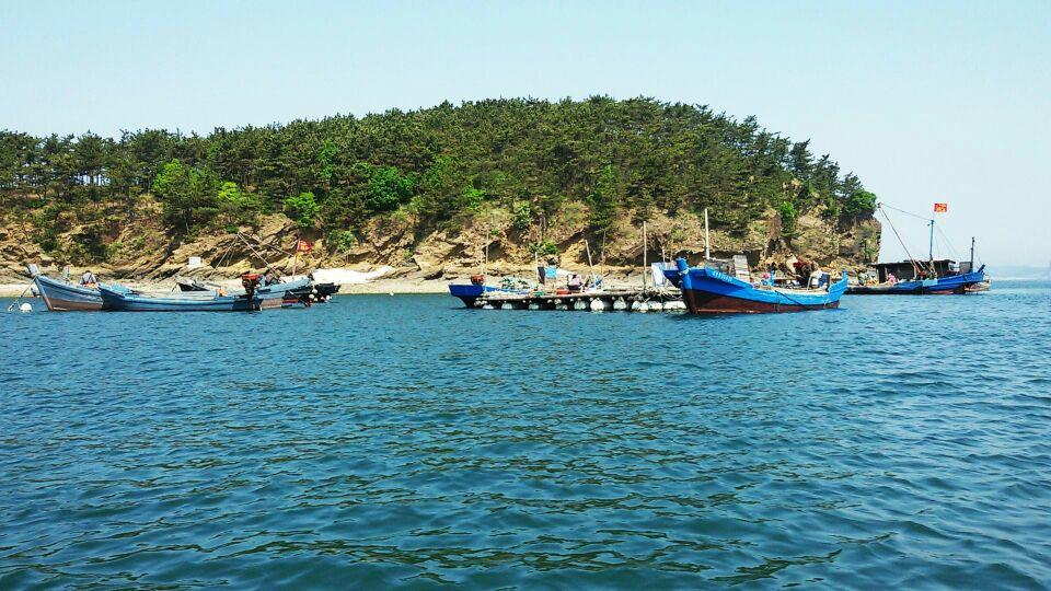 长海县位于辽东半岛东侧的黄海北部海域,东与朝鲜半岛隔海相望,西,北