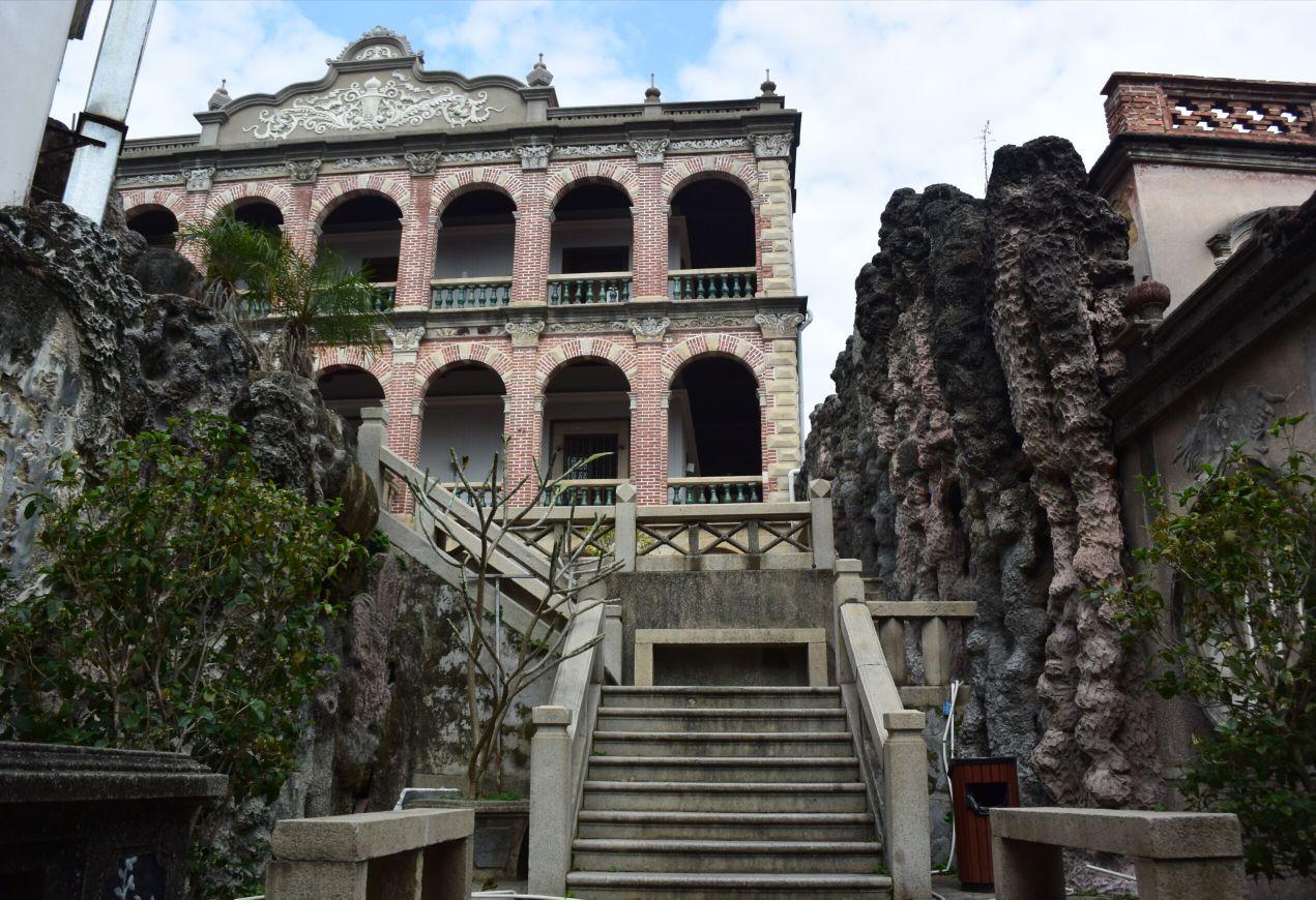 番婆楼的造型别致,是二层红砖圆拱回廊式建筑,洛可可的元素与中国的传统工艺结合得十分巧妙和谐,这在鼓浪屿别墅群里是不多见的。曾在这里拍摄过电影 《春天里的秋天》、《土楼人家》等。 番婆楼坐落于安海路36号。是福建菲律宾华侨许经权建造的,落成于1927年。这座楼是许经权为了孝敬母亲所建。